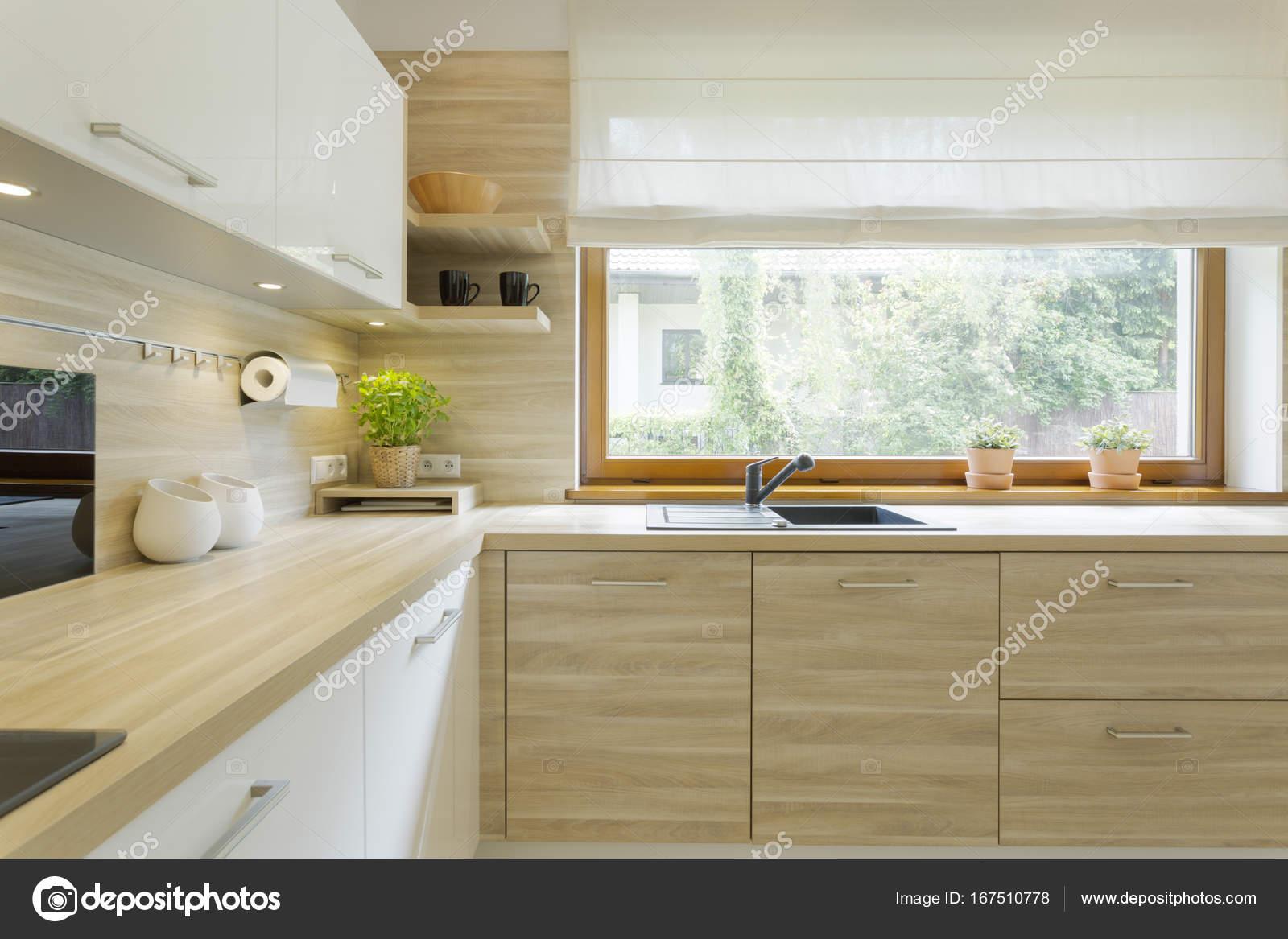 Moderne Küche mit Holzschränke — Stockfoto © photographee.eu #167510778