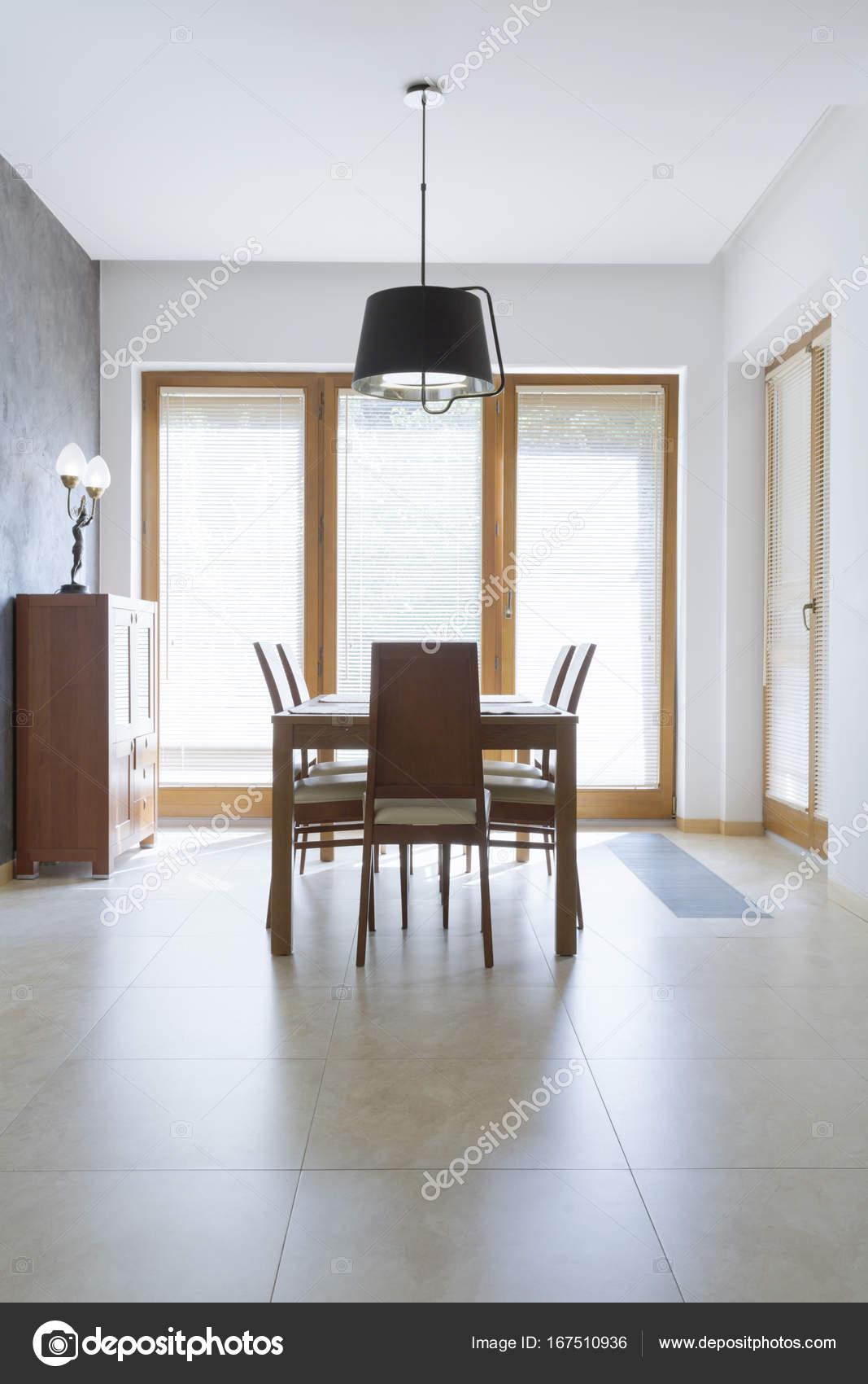 Comedor minimalista con mesa de madera — Foto de stock ...