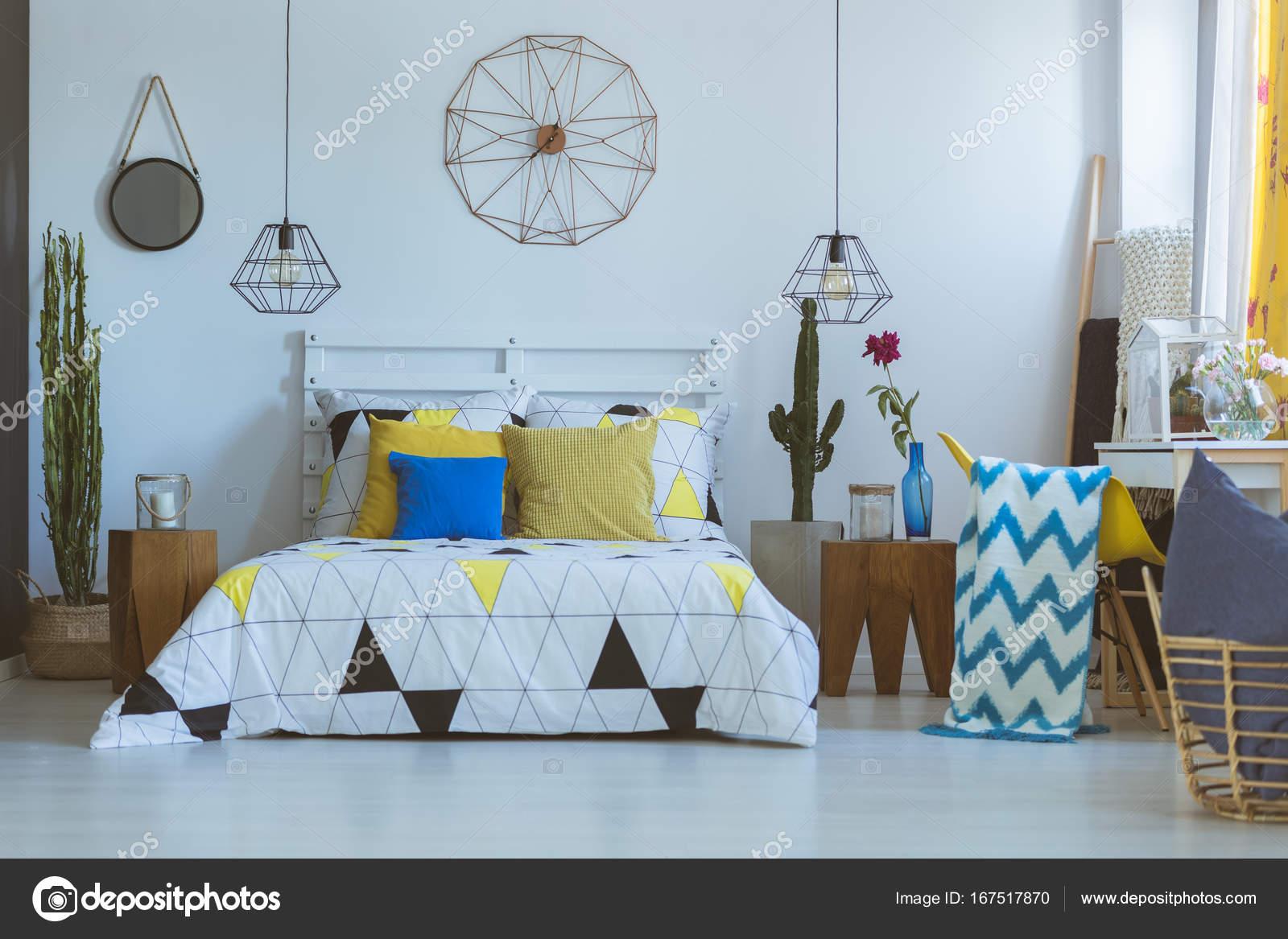 https://st3.depositphotos.com/2249091/16751/i/1600/depositphotos_167517870-stockafbeelding-decoratieve-klok-in-folk-slaapkamer.jpg