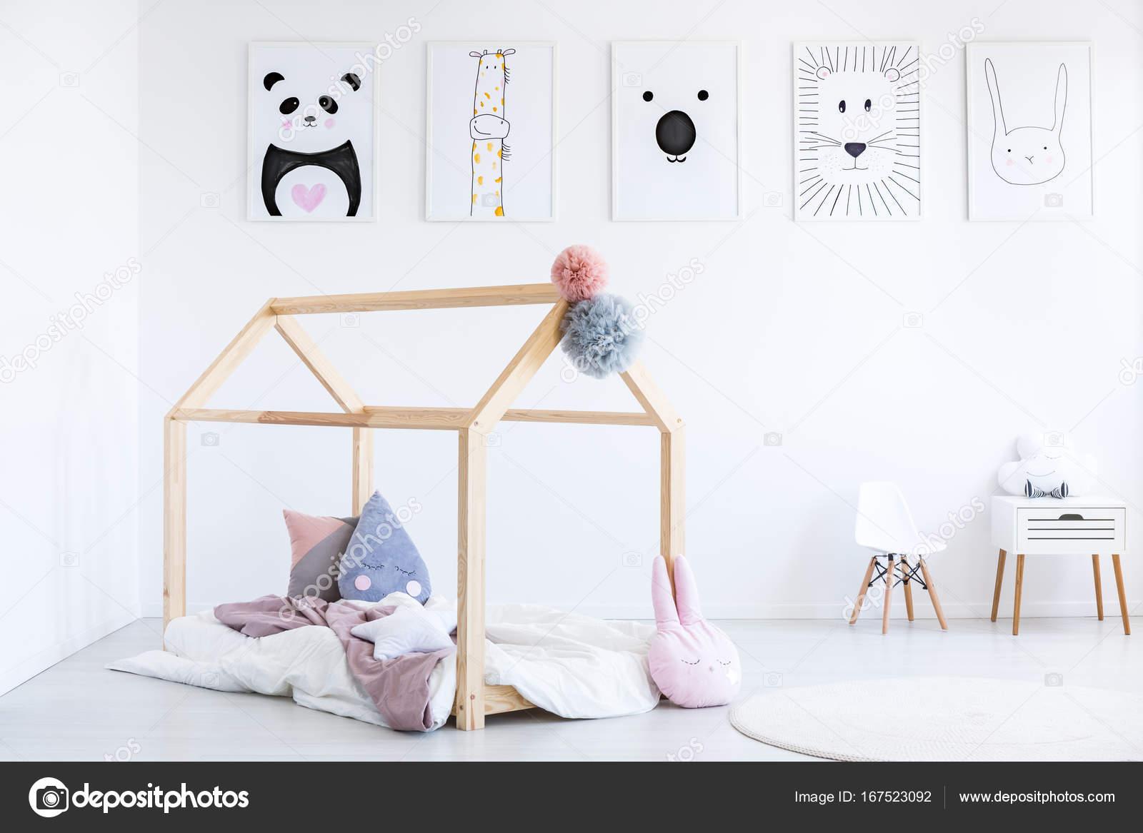 Rosa Overlay Und Blauen Kissen Auf Kinder Bett Im Scandi Schlafzimmer Mit  Kleiner Stuhl Und Schrank Und Poster An Wand U2014 Foto Von Photographee.eu
