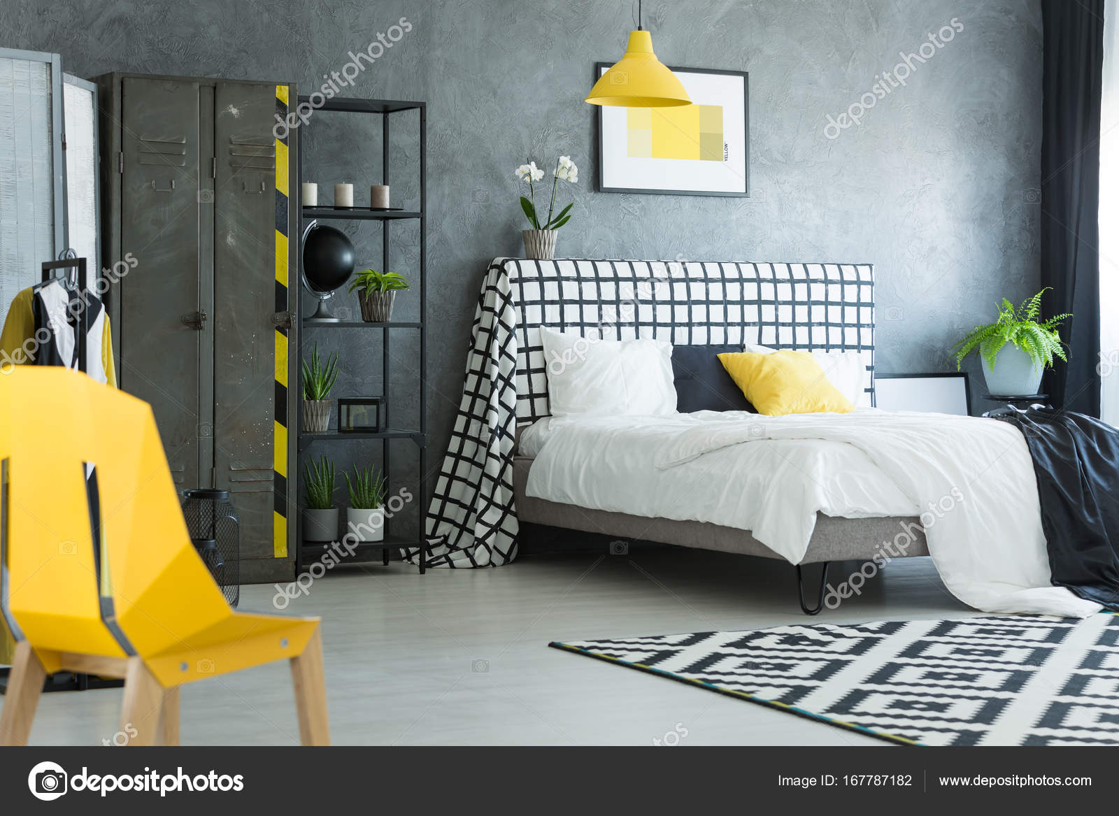 Gele ontwerper stoel in slaapkamer — Stockfoto © photographee.eu ...
