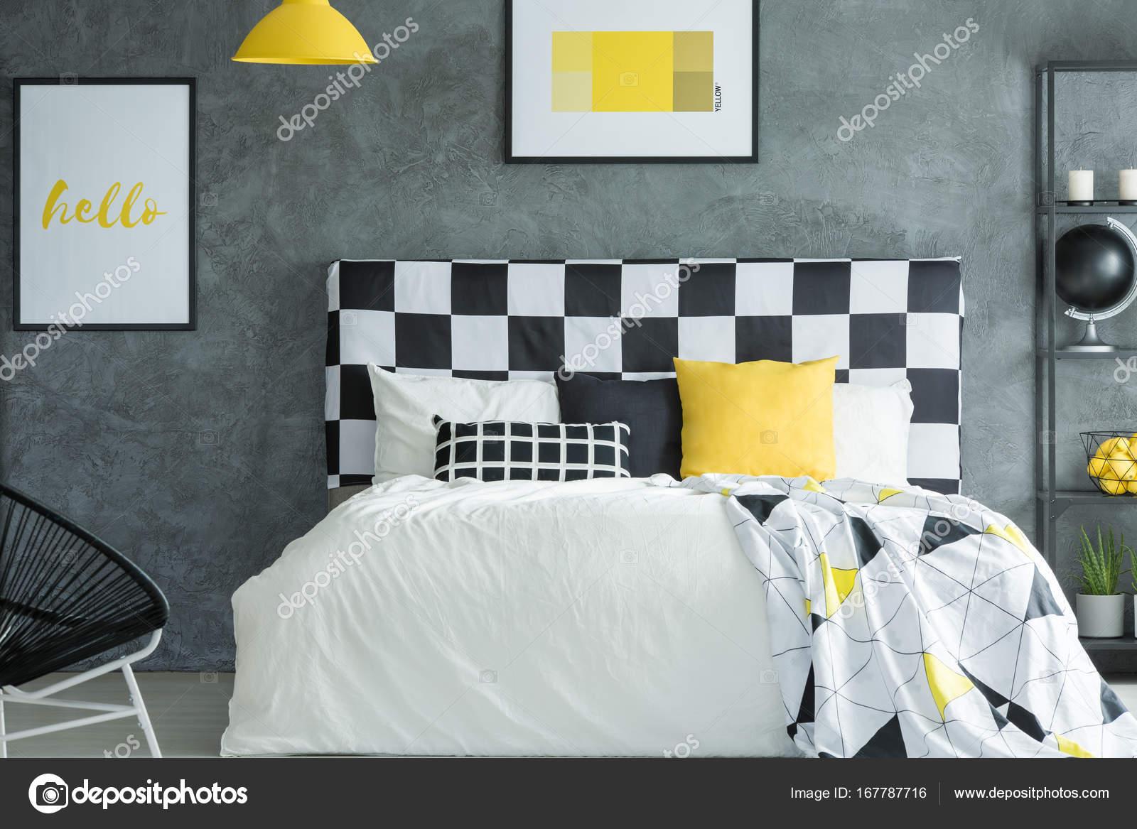 Gele donkere slaapkamer met posters — Stockfoto © photographee.eu ...