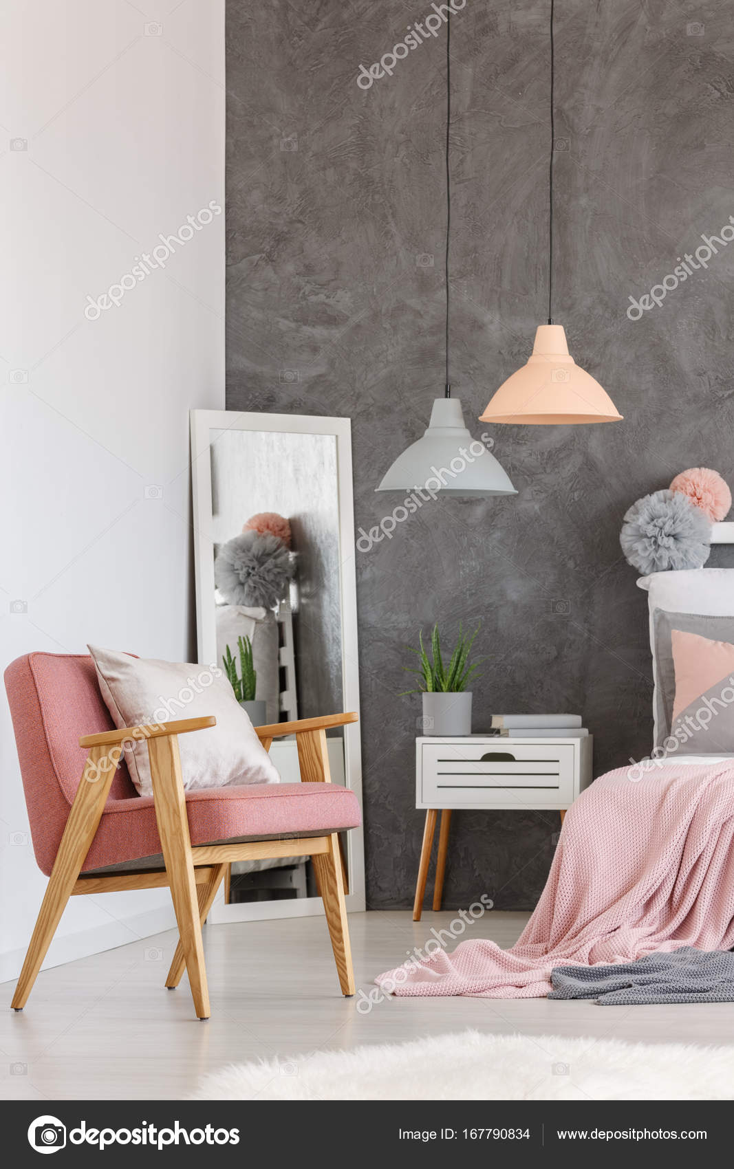 Vintage roze stoel in slaapkamer — Stockfoto © photographee.eu ...