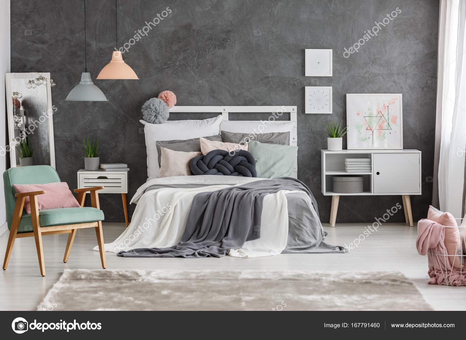 Leuke Stoel Slaapkamer : Leuke kleur twist slaapkamer u stockfoto photographee eu