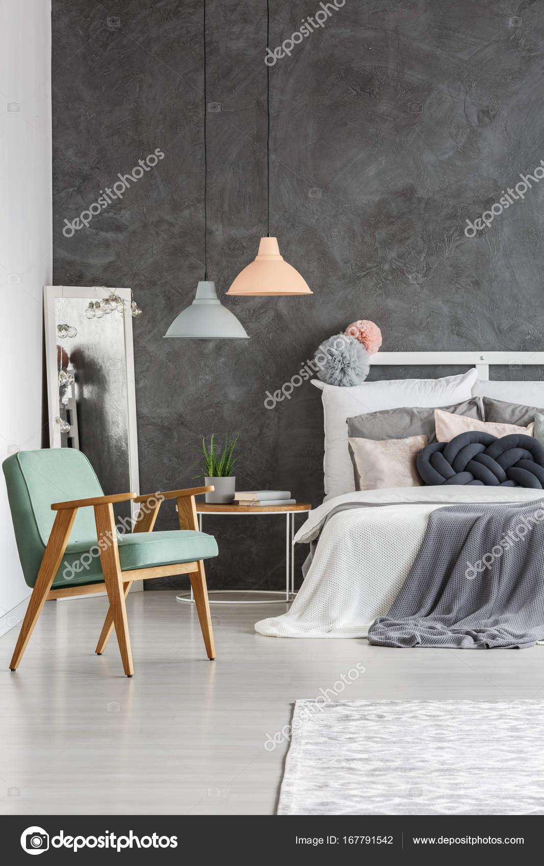 Vintage Mint Stuhl im Schlafzimmer — Stockfoto © photographee.eu ...