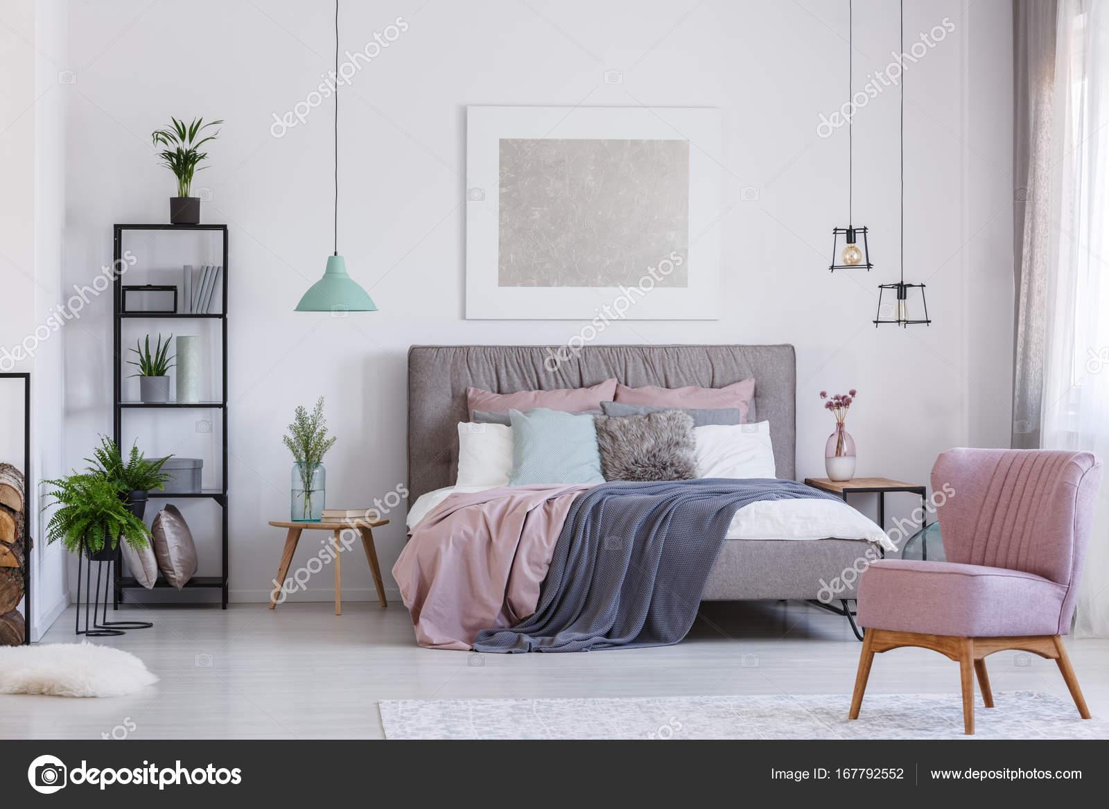Stoel Voor Op Slaapkamer.Roze Stoel In Schattig Slaapkamer Stockfoto C Photographee Eu