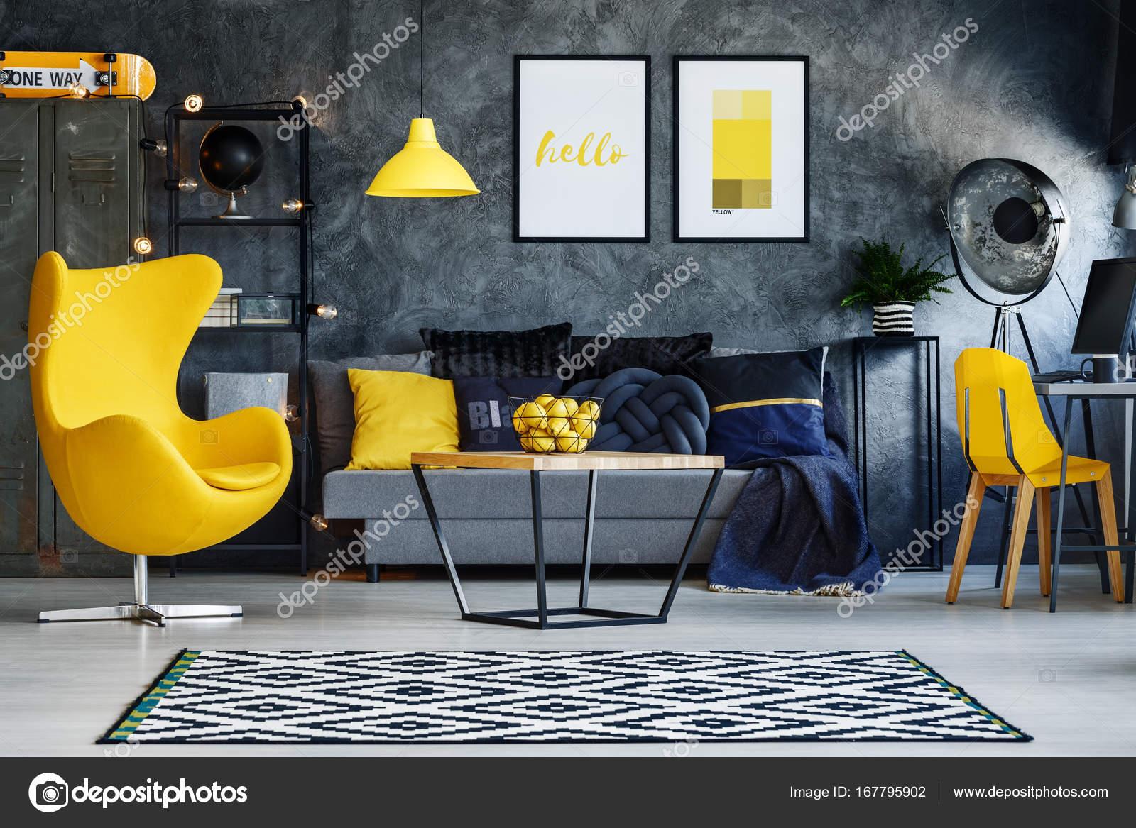 Gelbe Möbel im Wohnzimmer — Stockfoto © photographee.eu #167795902