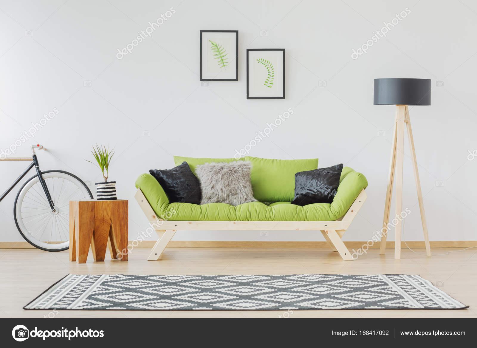 Grunes Sofa Und Schwarzem Akzent Stockfoto C Photographee Eu