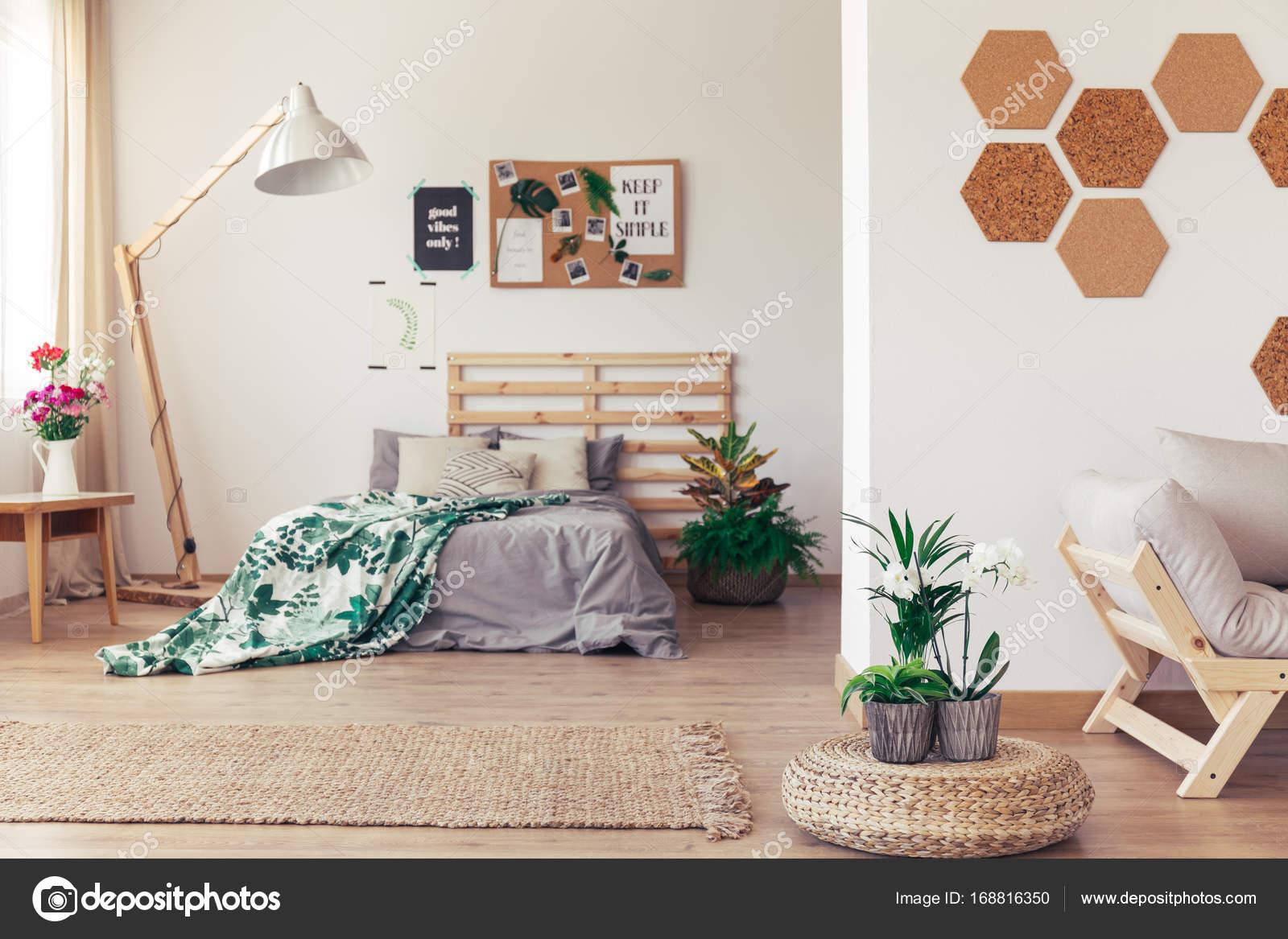 Schlafzimmer mit Pflanzen und Kork — Stockfoto © photographee.eu ...