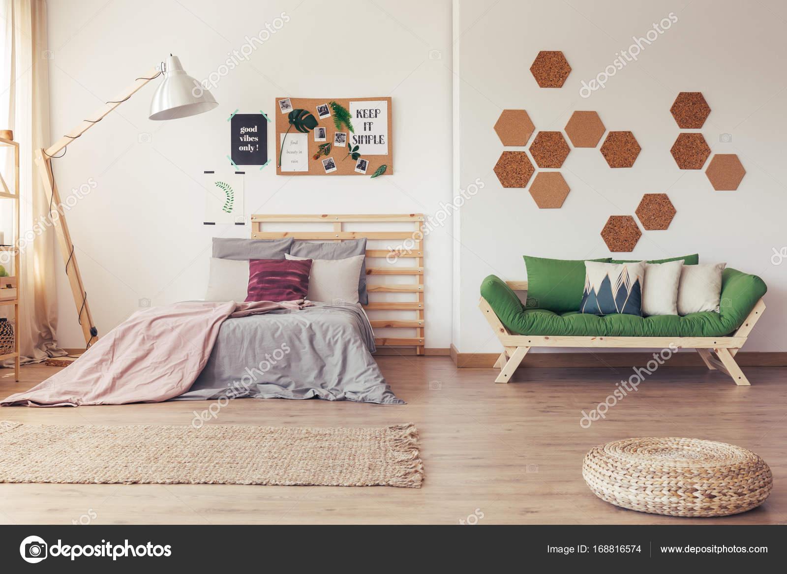 Slaapkamer Bruin Roze : Ecologische slaapkamer met natuurlijke meubels u stockfoto