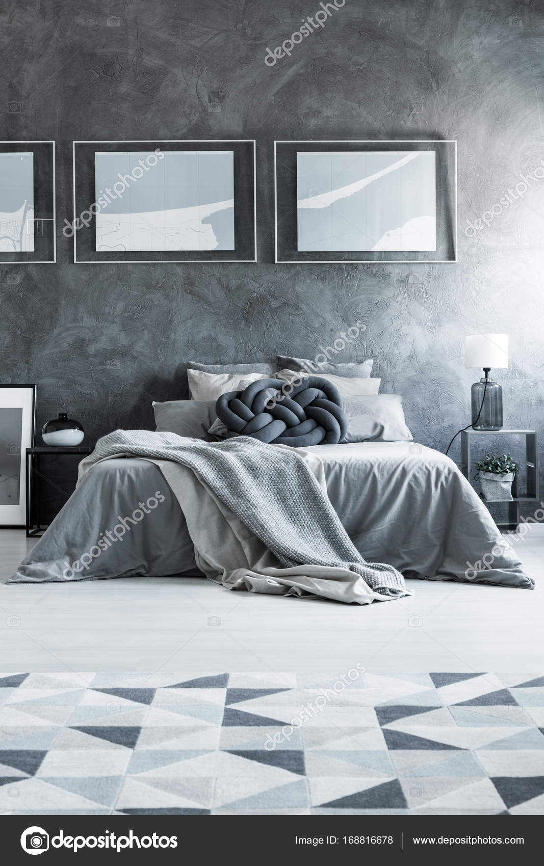 Grijze slaapkamer met geometrische tapijt — Stockfoto © photographee ...
