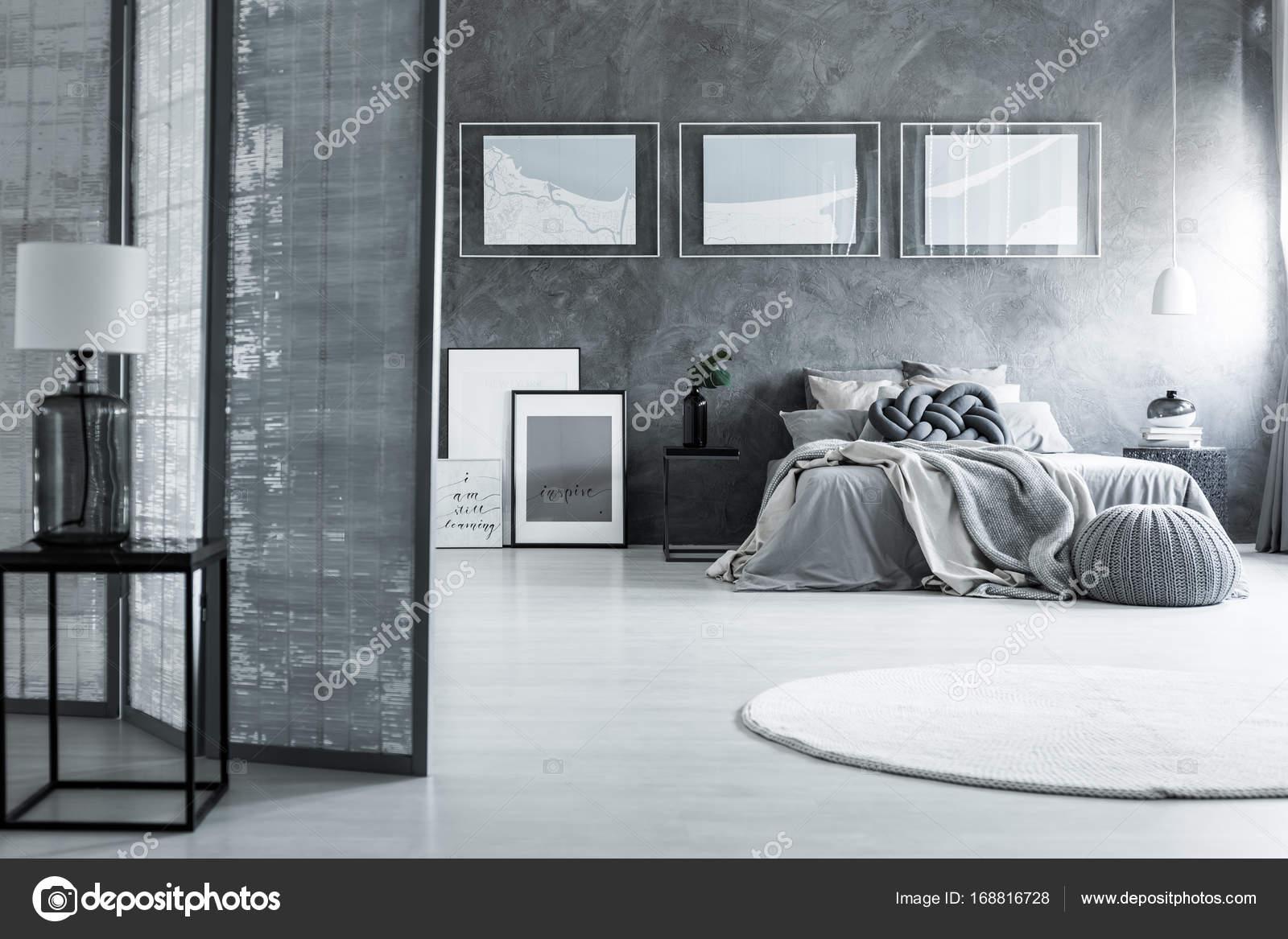 chambre sombre avec tapis blanc — photographie photographee.eu