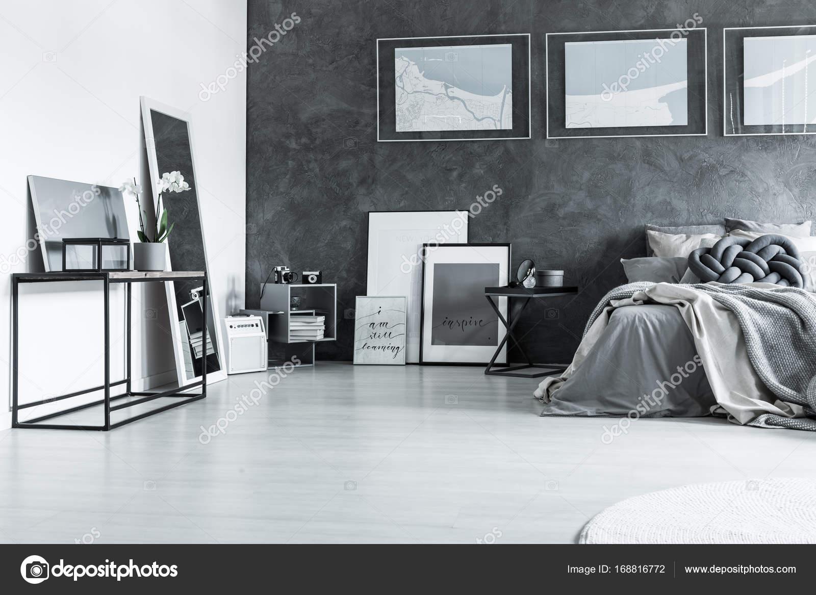 Szary Wyrafinowane Sypialnia Z Plakatów Zdjęcie Stockowe
