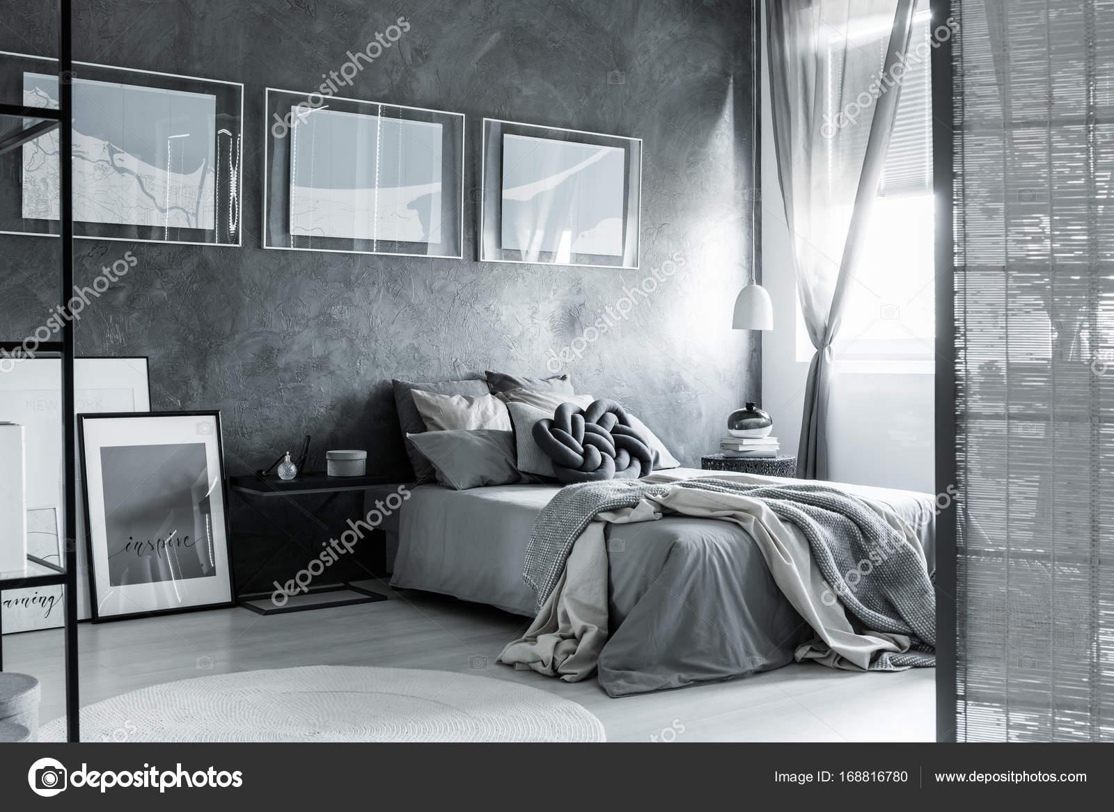 Camera da letto grigia scura con schermo — Foto Stock © photographee ...