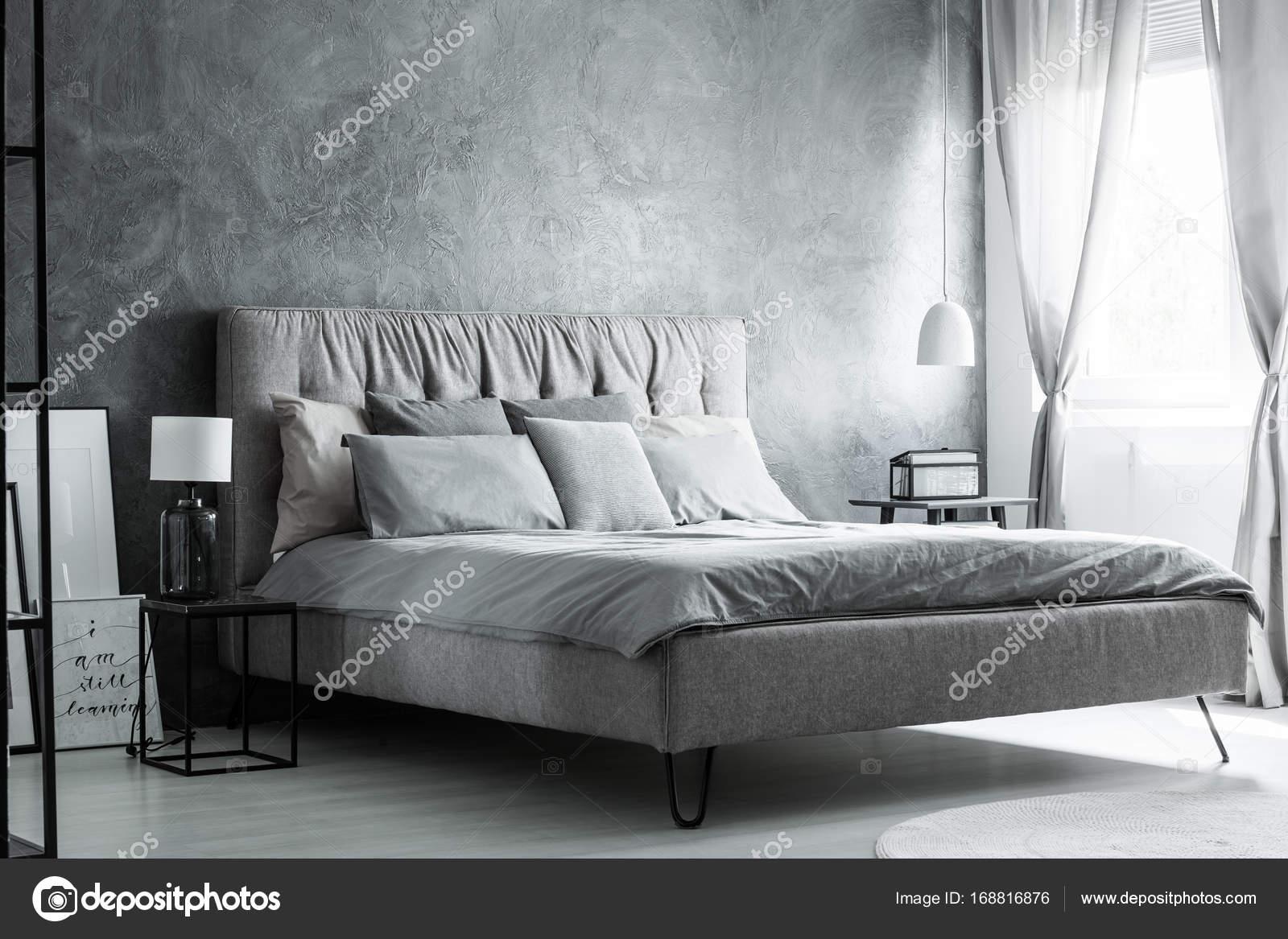 Graue Kissen auf Kingsize-Bett — Stockfoto © photographee.eu #168816876
