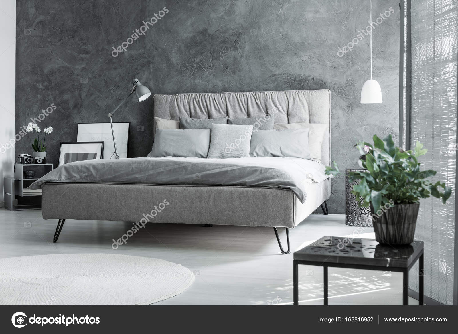 inspirerende grijs slaapkamer met plant stockfoto