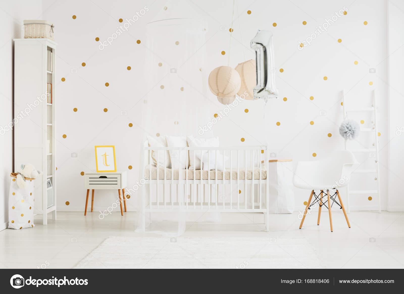 babys slaapkamer interieur met stoel stockfoto