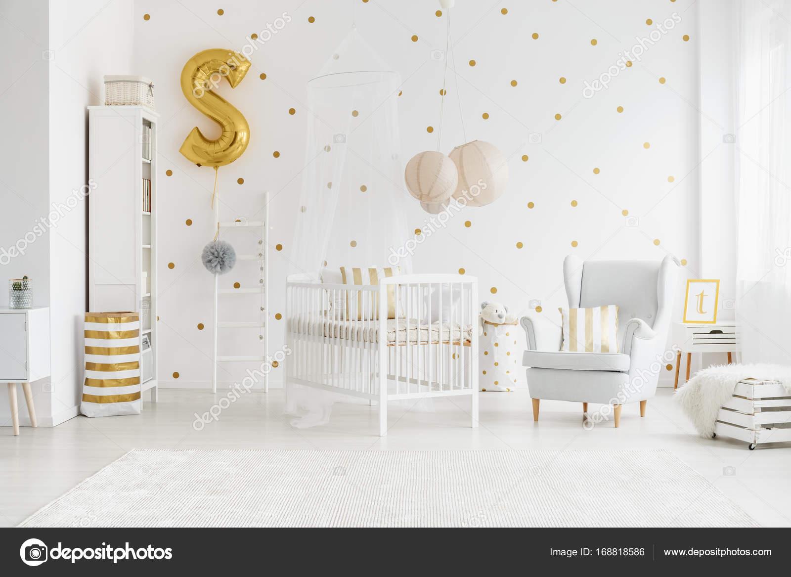 Behang Met Stippen : De slaapkamer van kind met gouden ballon u2014 stockfoto © photographee