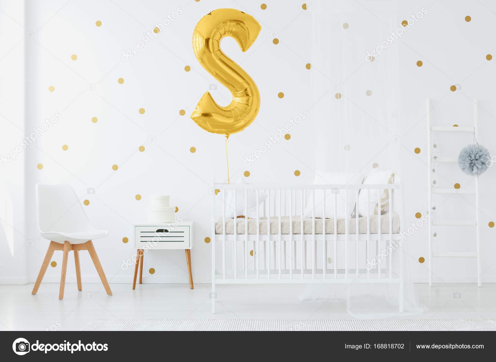 Gold Ballon über Kinder Bett Stockfoto Photographeeeu 168818702