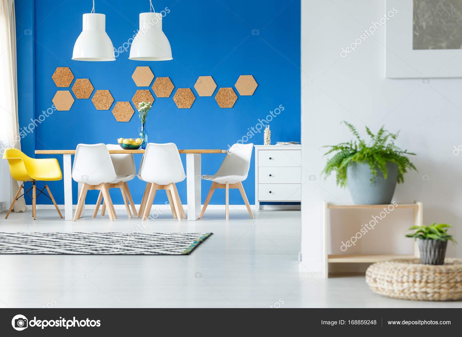 Cadeira Amarela Na Mesa De Jantar Fotografias De Stock  -> Decoracao Sala De Jantar Azul