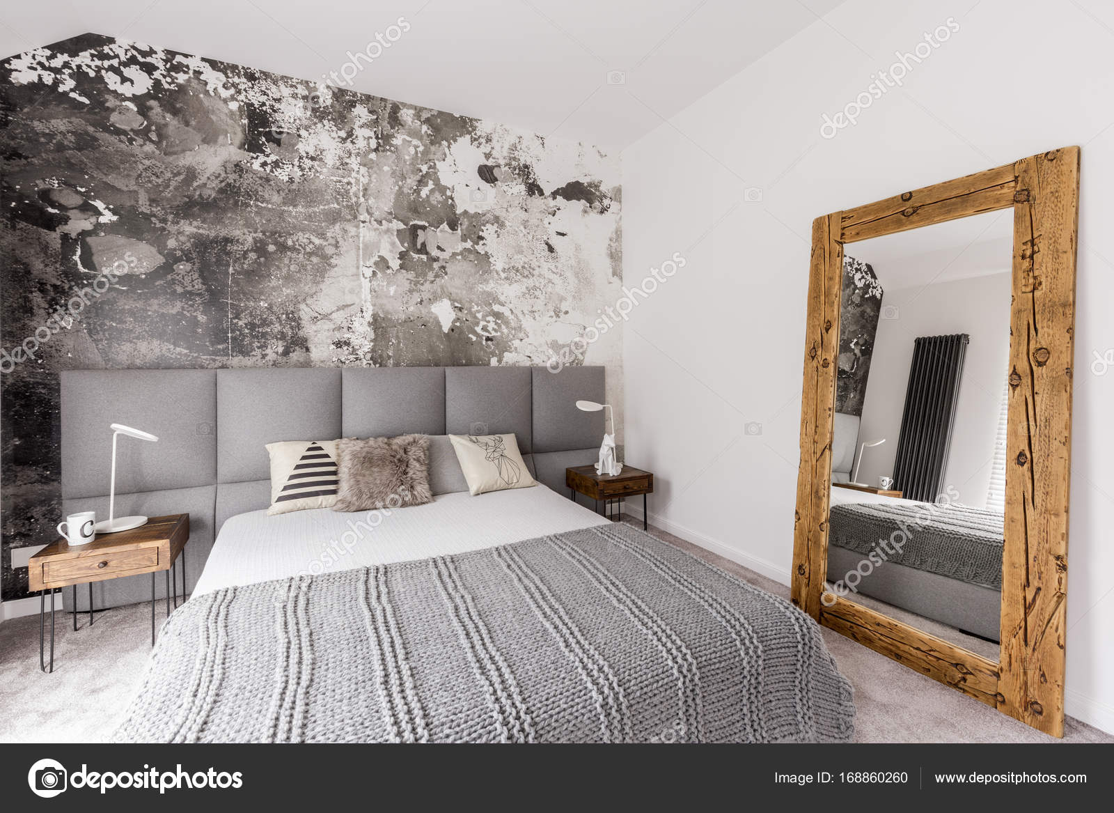 Slaapkamer Hout Behang : Grijs kingsize bed in de slaapkamer u stockfoto photographee eu