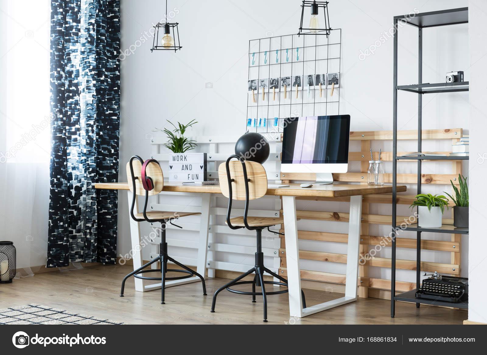 Espace de travail moderne avec des planches en bois u photographie