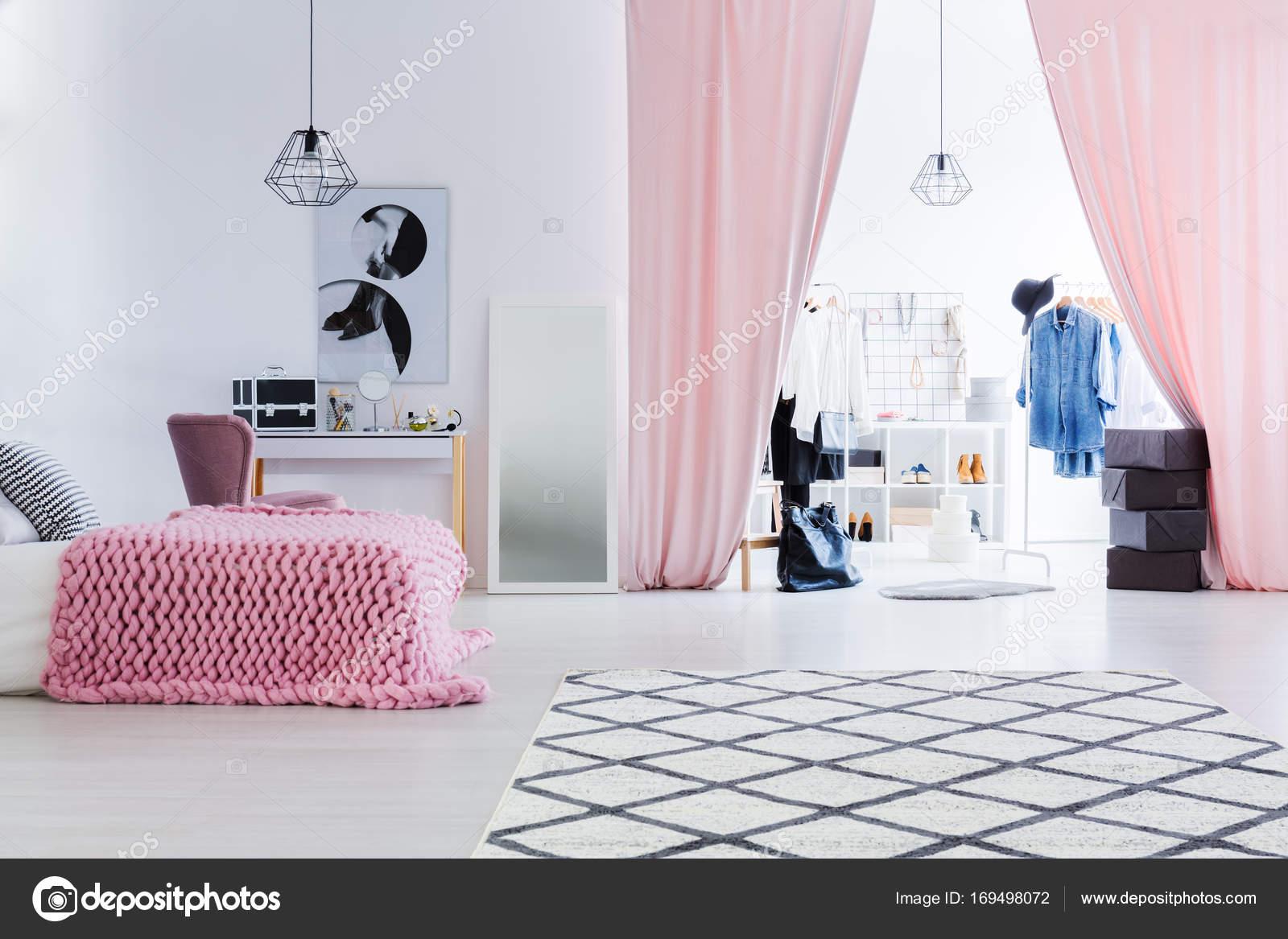 Camera Da Letto Modello Glamour : Camera da letto di donna con cabina armadio u foto stock