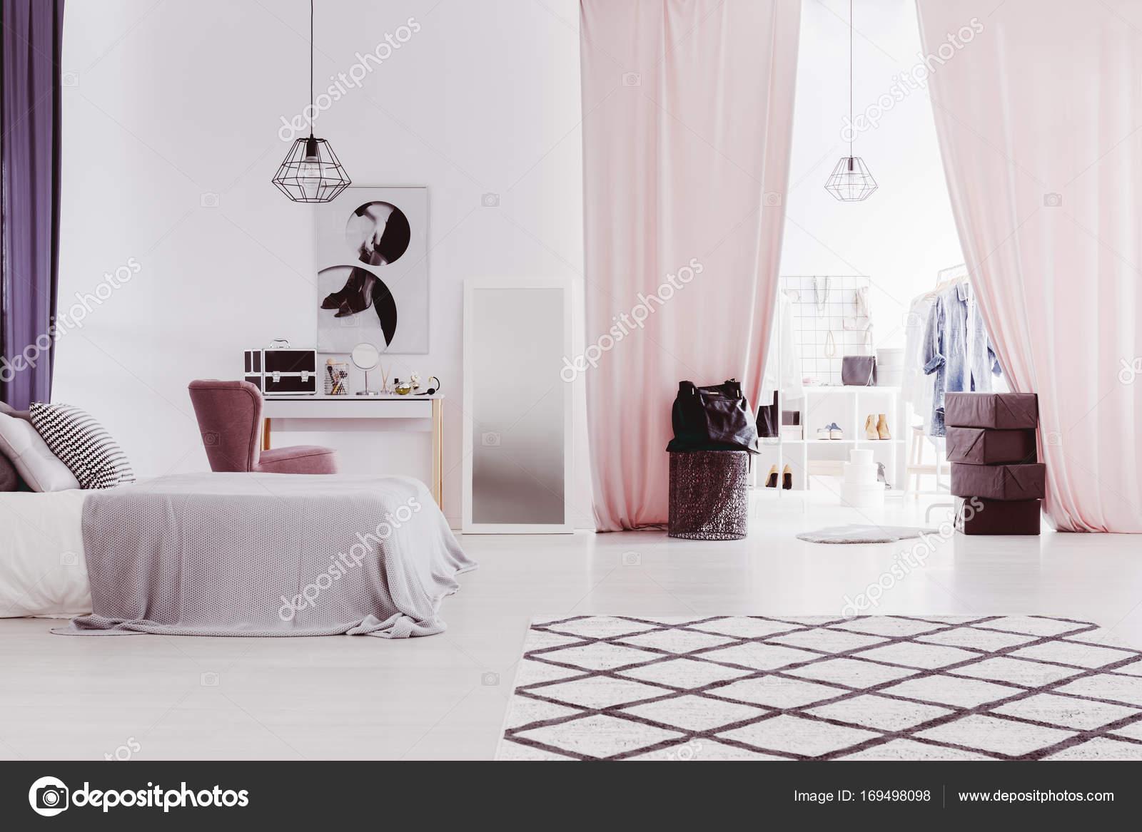 Inloopkast Met Gordijnen : Roze gordijnen in geavanceerde slaapkamer u stockfoto