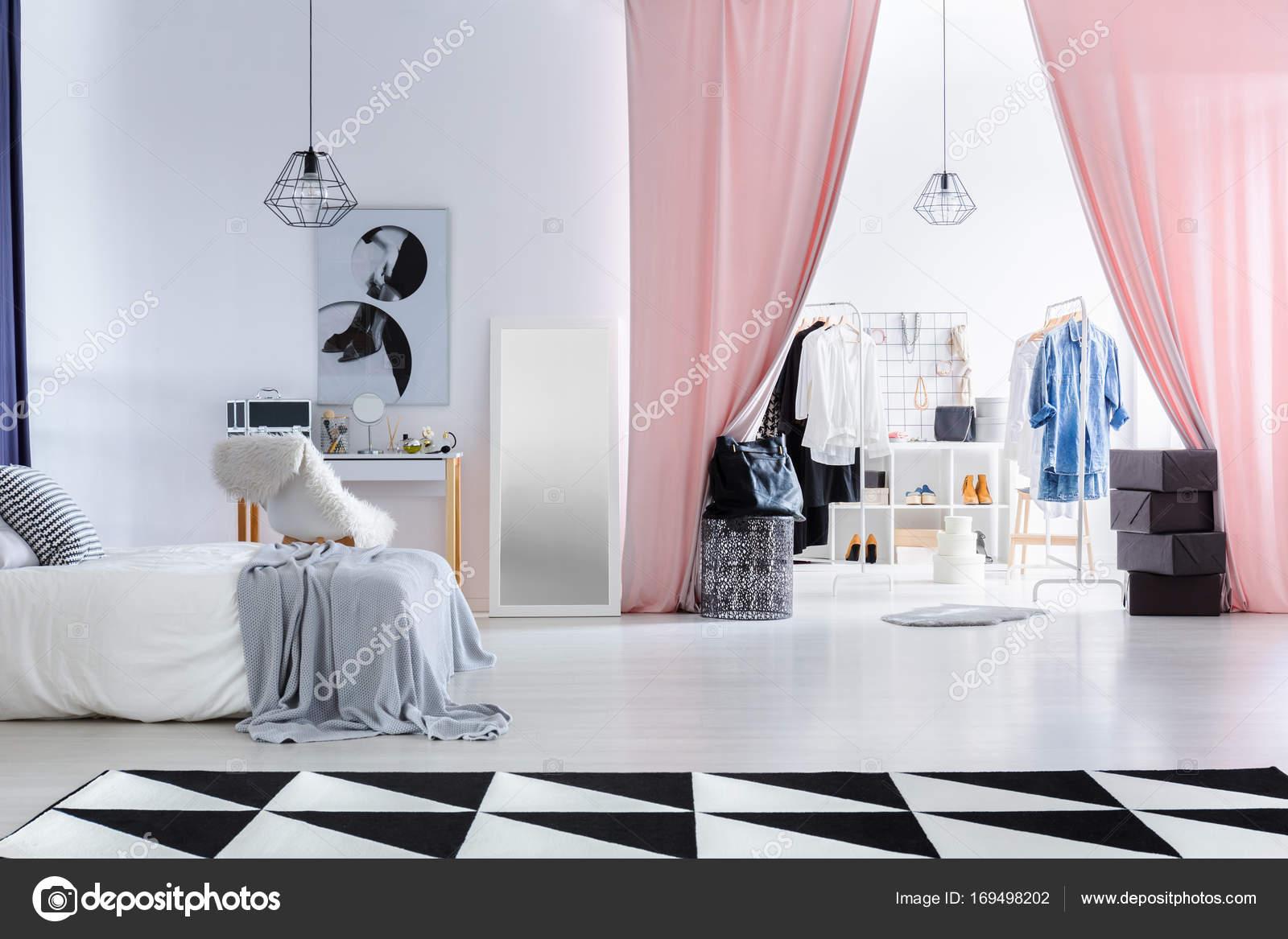 Kleedkamer In Slaapkamer : Modieuze slaapkamer met kleedkamer u2014 stockfoto © photographee.eu