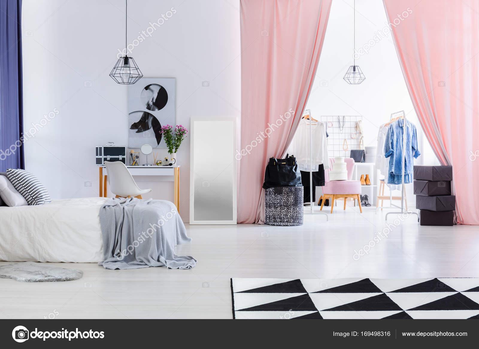 Gordijnen In Slaapkamer : Roze fluwelen gordijnen in de slaapkamer u stockfoto