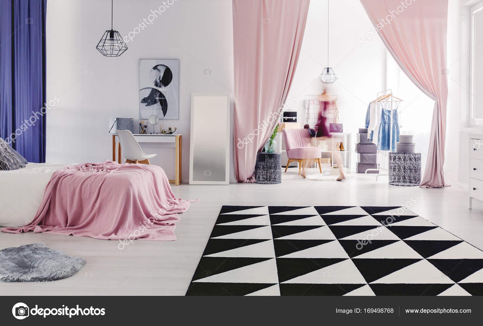 Kleedkamer In Slaapkamer : Gezellige slaapkamer met kleedkamer u2014 stockfoto © photographee.eu