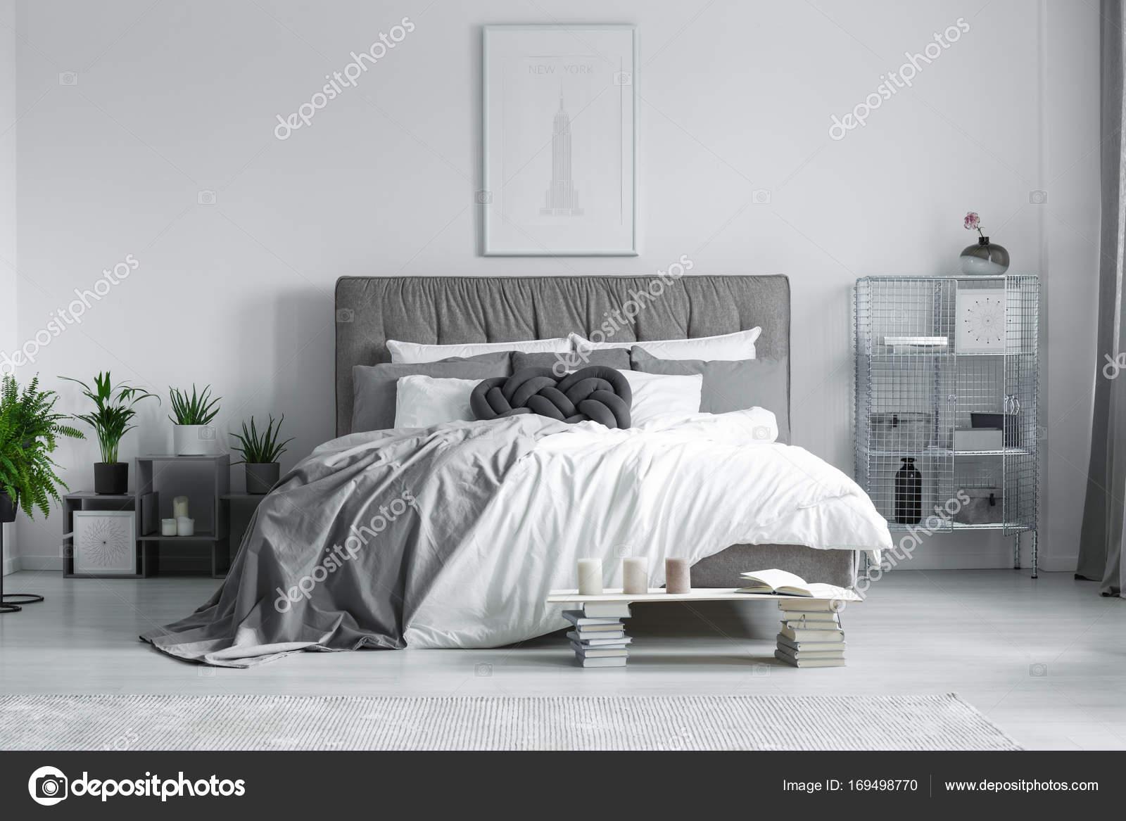 Letto king size nella camera da letto — Foto Stock © photographee.eu ...
