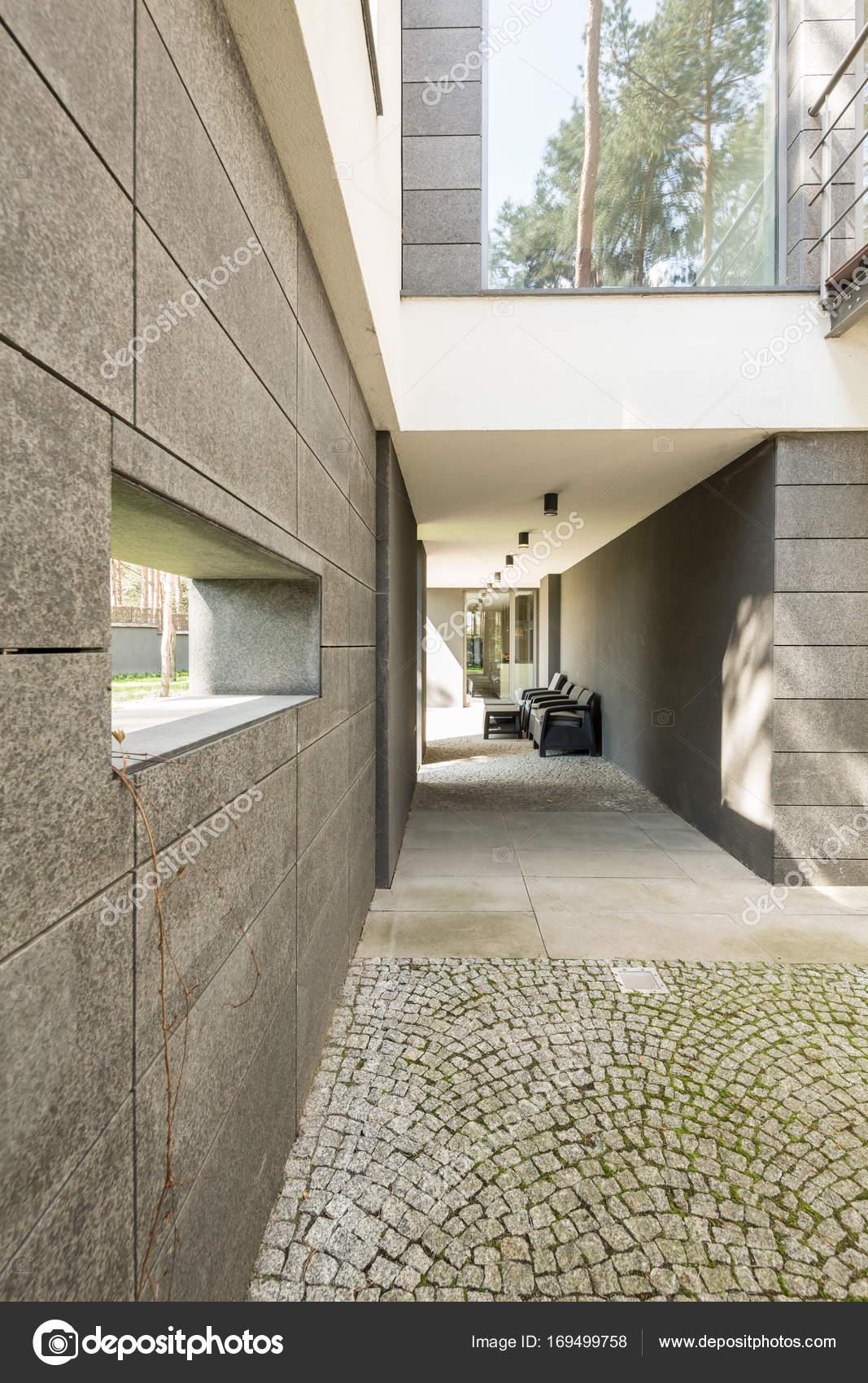 Minimalista anteriore di una casa moderna foto stock for Una casa minimalista