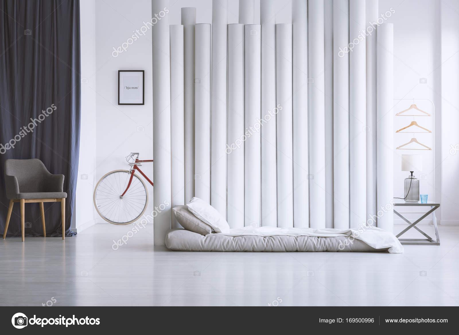 Grijze en witte slaapkamer — Stockfoto © photographee.eu #169500996