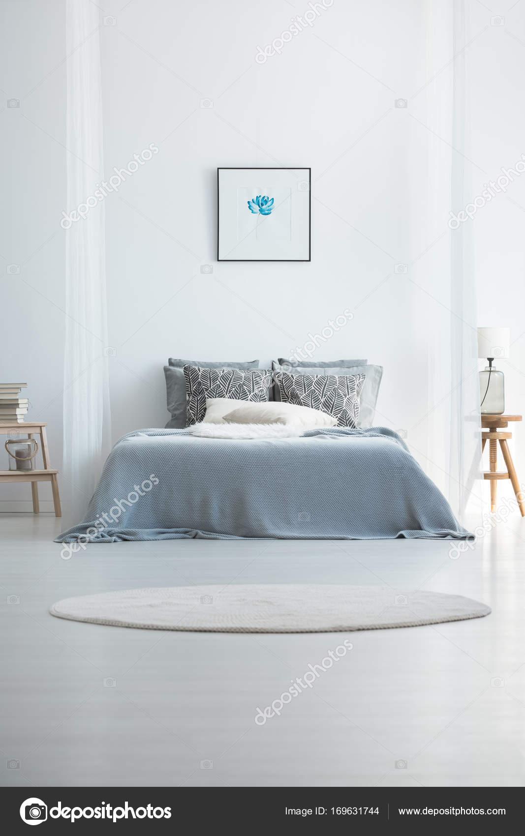 https://st3.depositphotos.com/2249091/16963/i/1600/depositphotos_169631744-stockafbeelding-tapijt-in-koude-slaapkamer-interieur.jpg