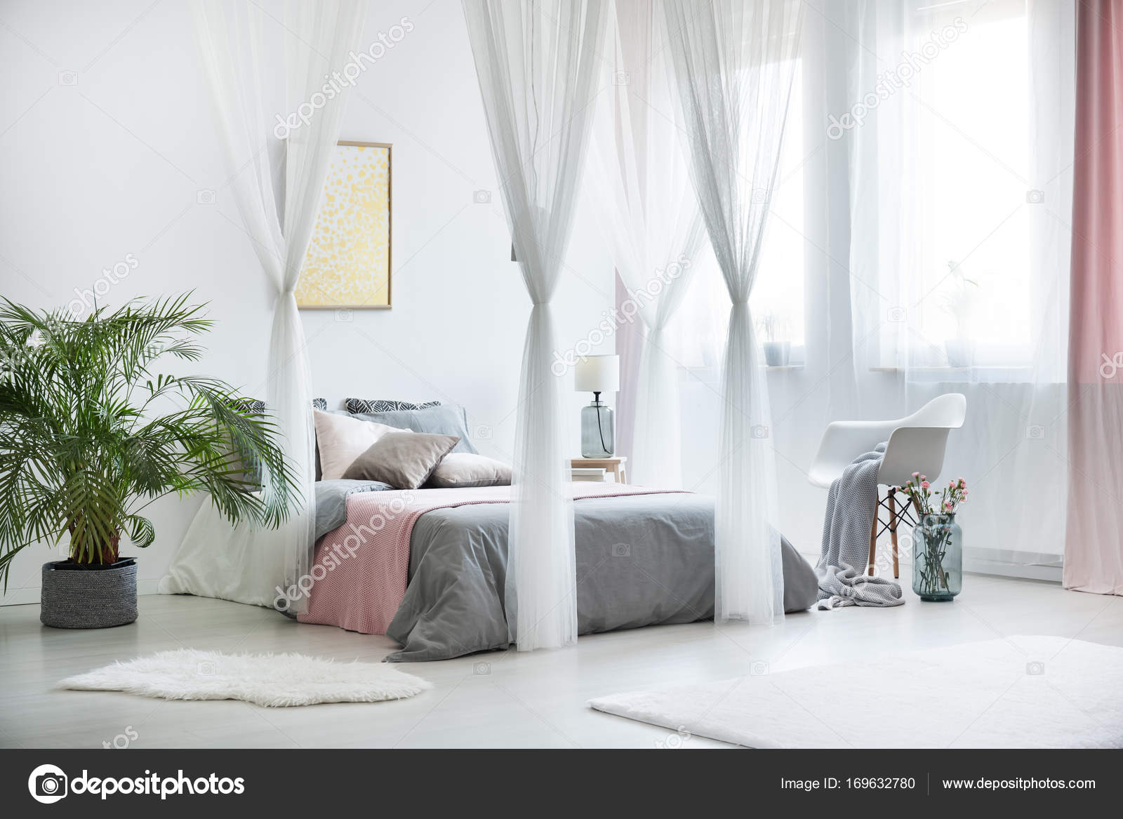Anspruchsvolle Schlafzimmer Innenraum mit Pflanze — Stockfoto ...