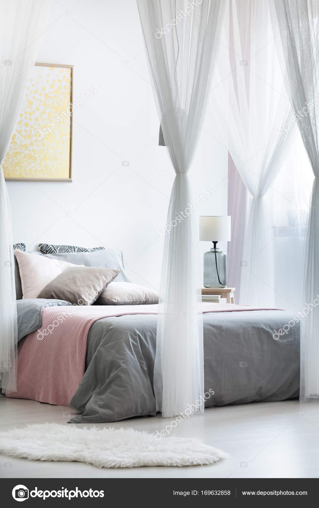 Goud schilderij in luifel slaapkamer — Stockfoto © photographee.eu ...