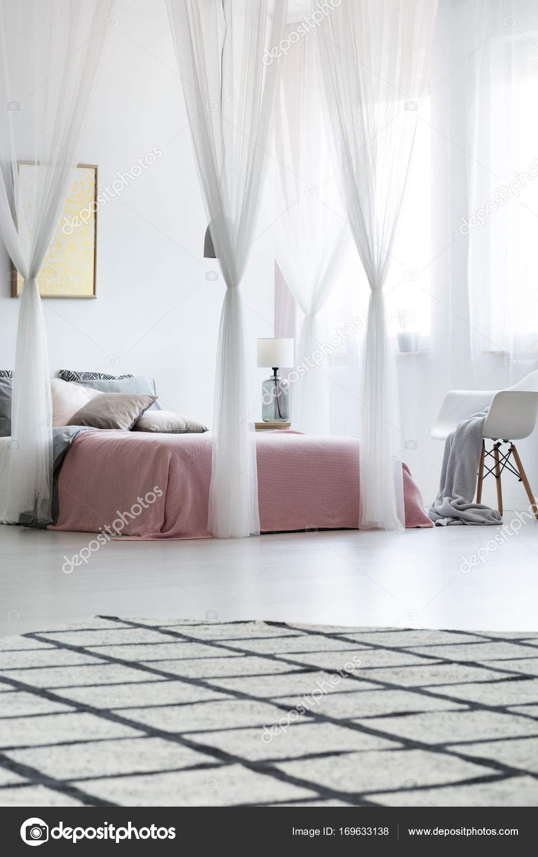 Spaziosa camera da letto con letto a baldacchino — Foto Stock ...