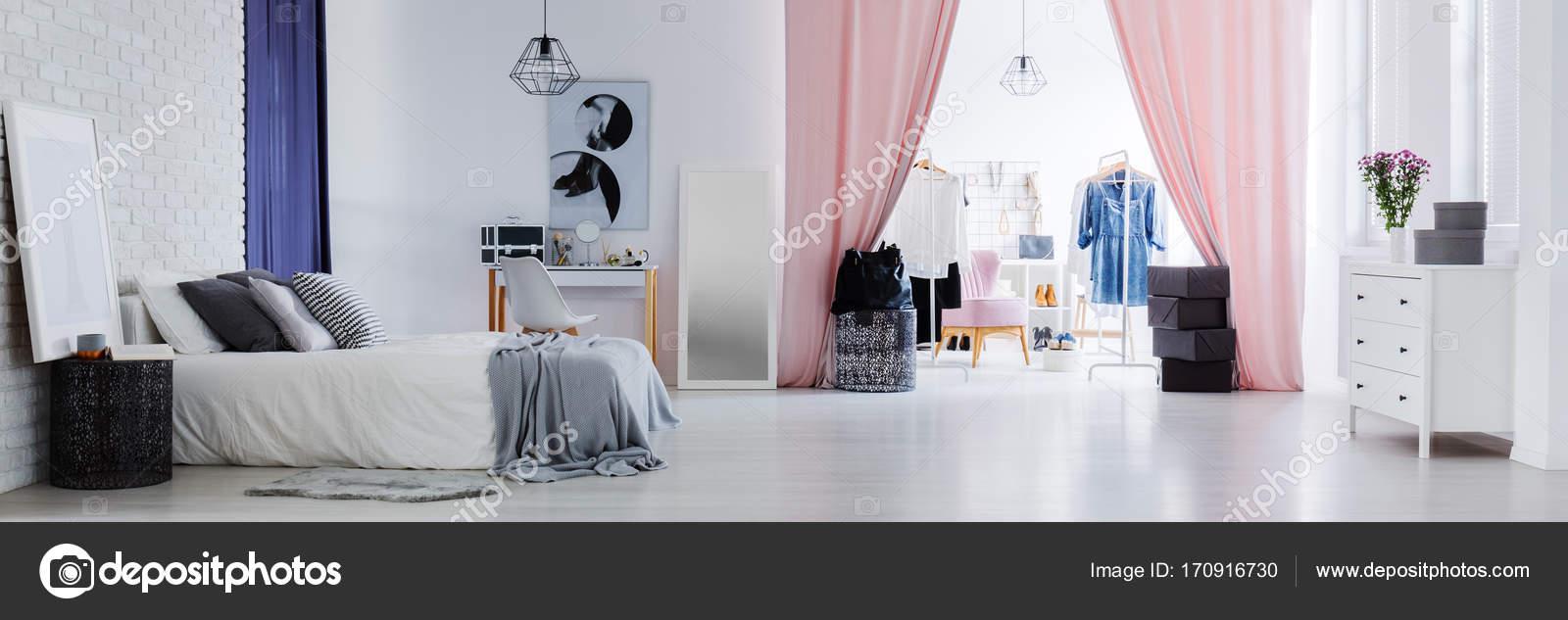 Inspirierend Schlafzimmer Mit Ankleidezimmer Ideen Von Helle Stilvolle Für Frauen Modischen Kleidern Im