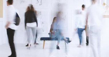 Žena sedící ildy v galerii