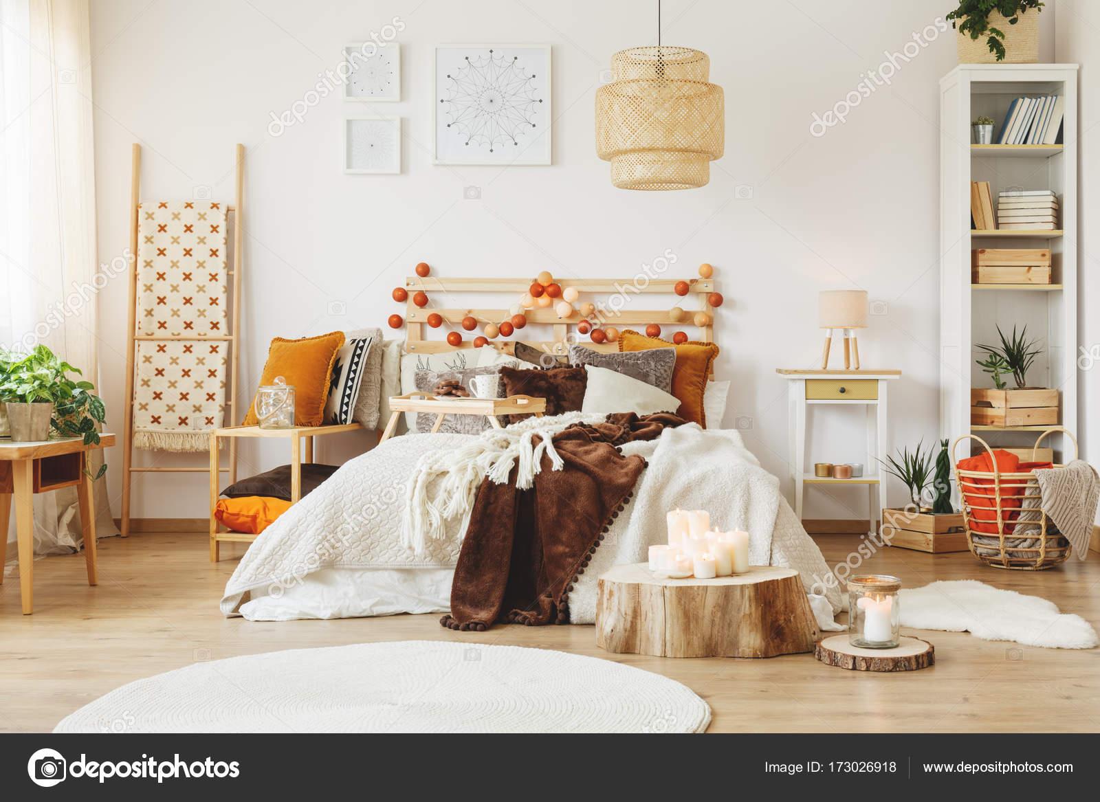 Scandinavische stijl slaapkamer interieur — Stockfoto © photographee ...