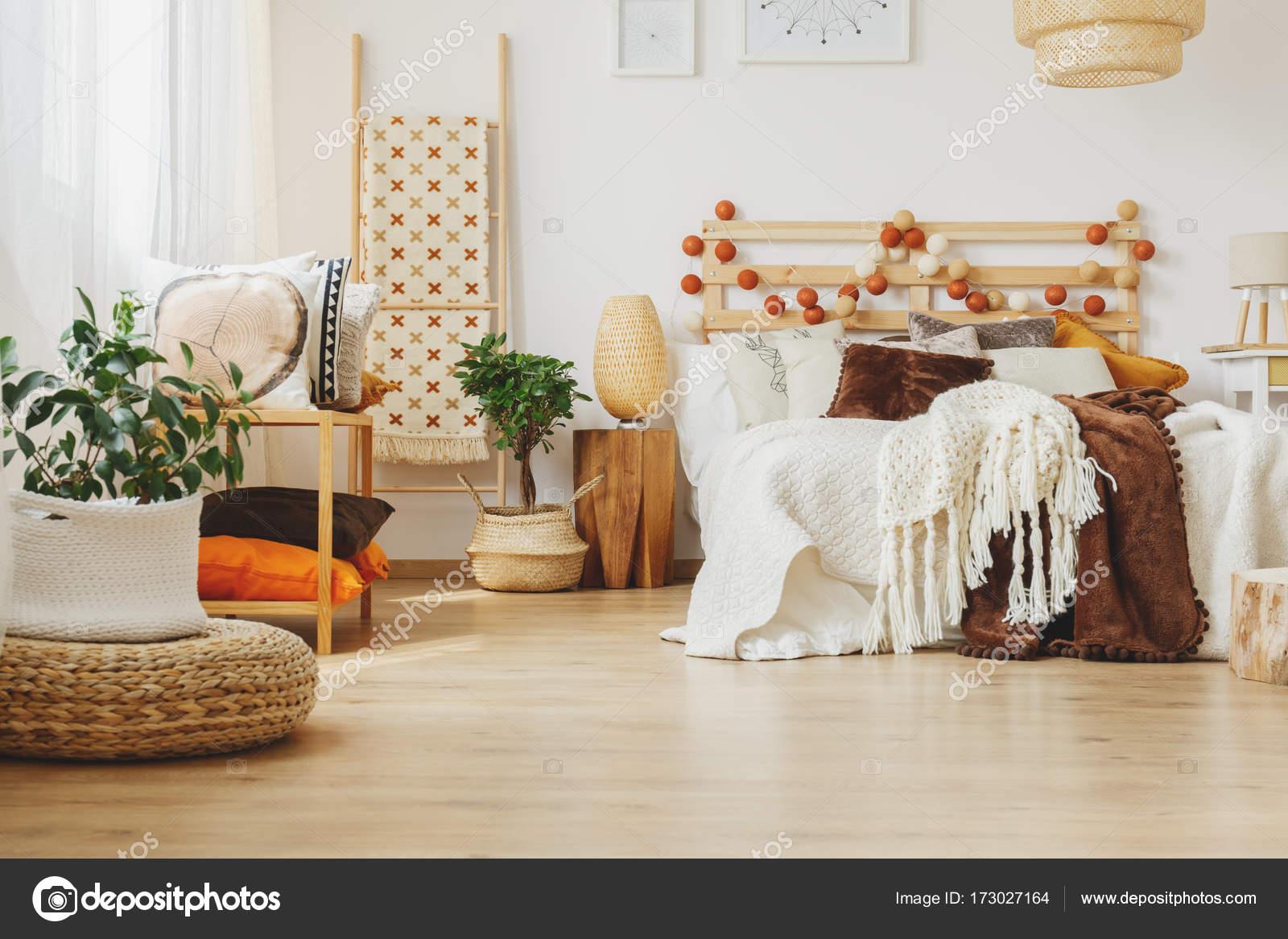 https://st3.depositphotos.com/2249091/17302/i/1600/depositphotos_173027164-stockafbeelding-mooi-scandinavische-slaapkamer.jpg