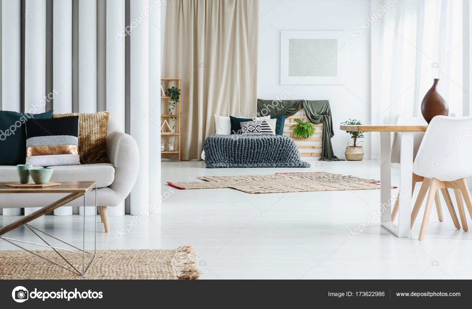 Bed In Woonkamer : Multifunctionele woonkamer met bed u stockfoto photographee eu