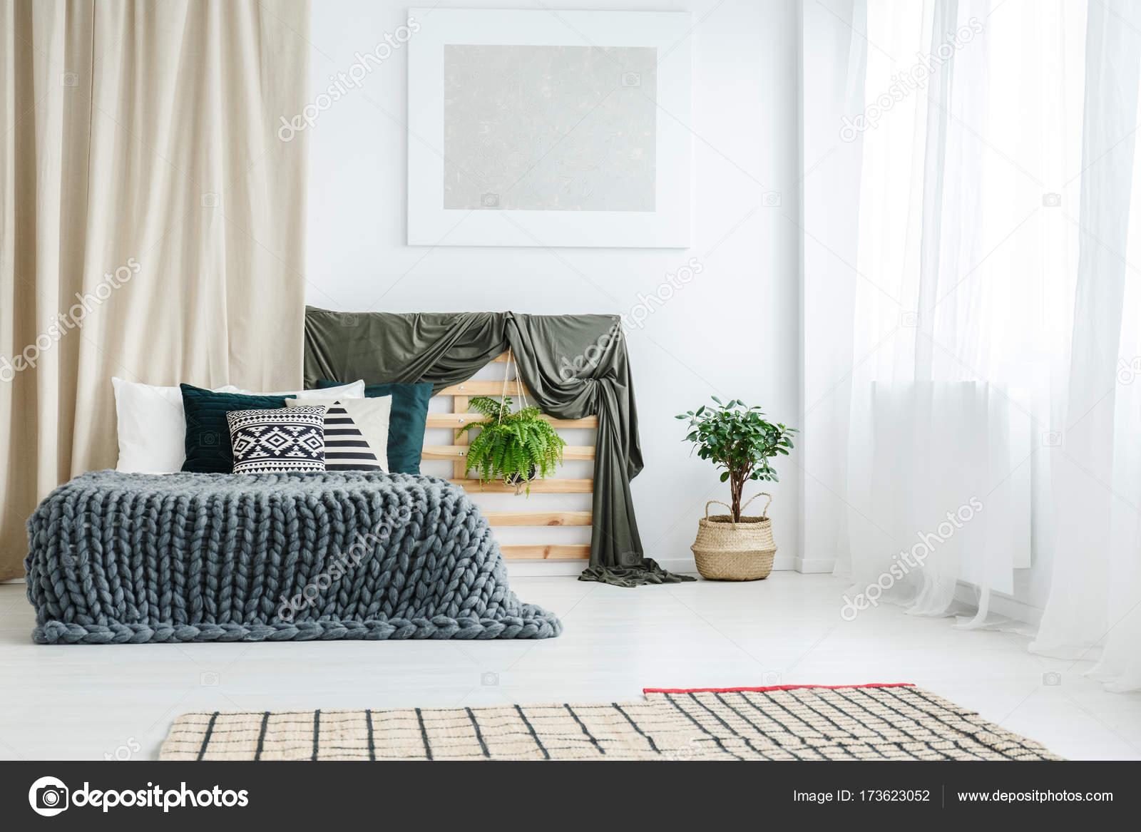 gouden gordijn in slaapkamer interieur stockfoto