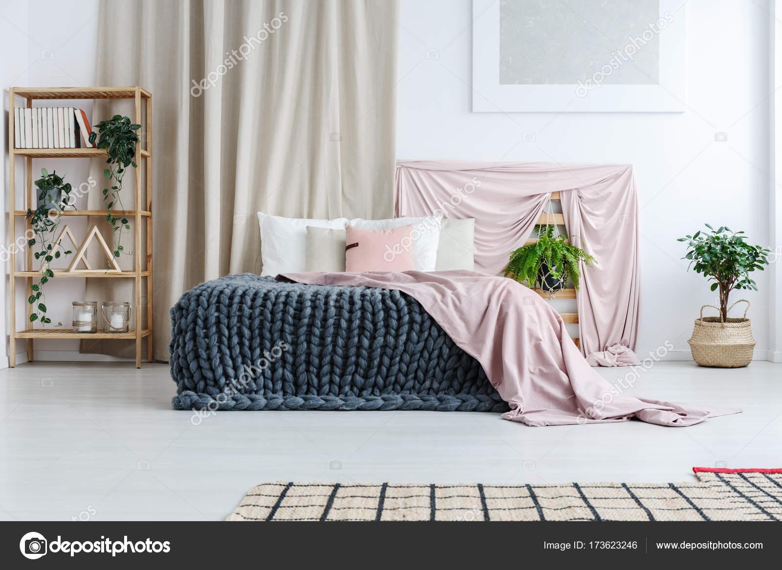 Chambre artistique avec des chiffons pastels — Photographie ...
