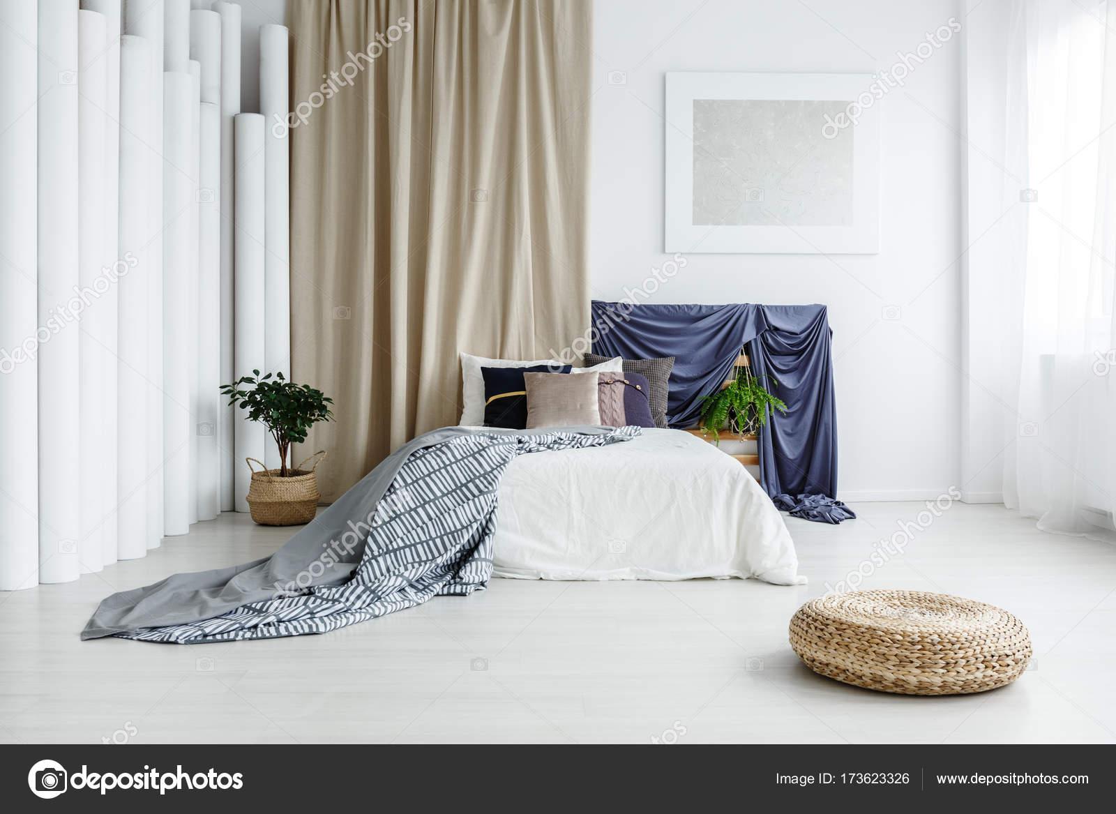 Satijn doeken in lichte slaapkamer — Stockfoto © photographee.eu ...