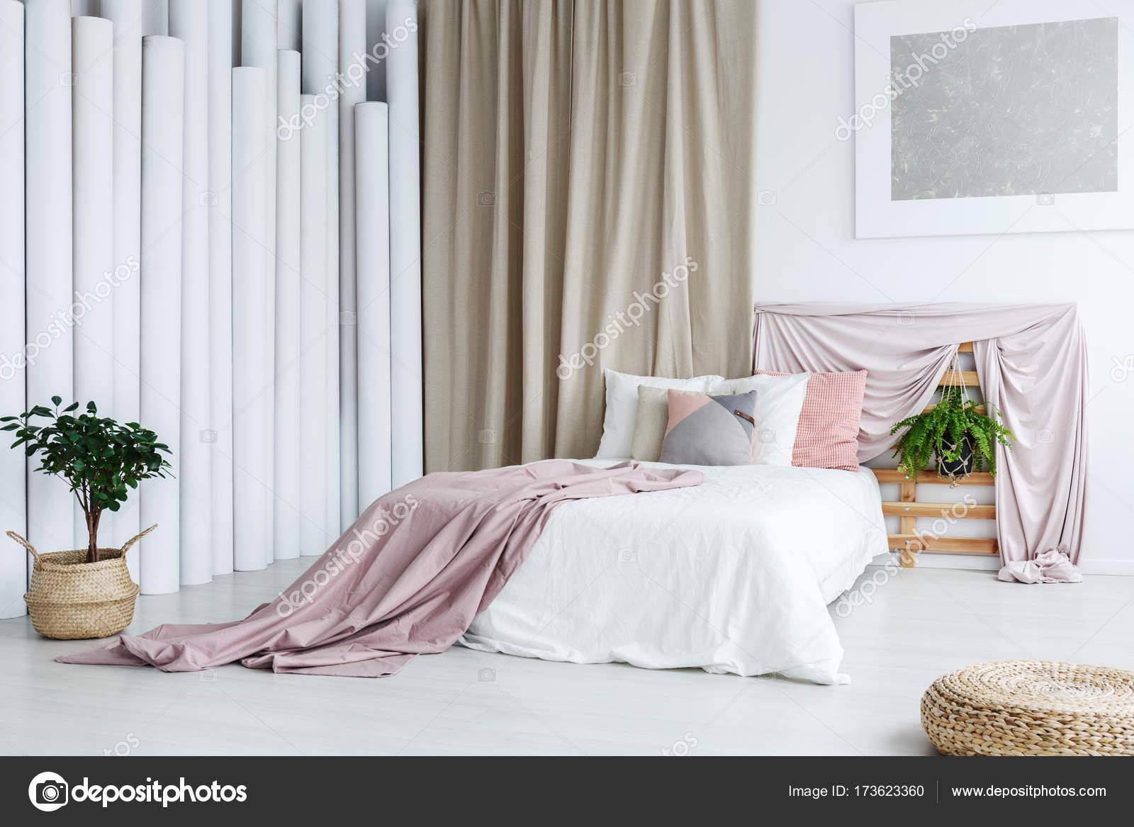 Je Slaapkamer Decoreren : Creatieve slaapkamer met buis decoratie u stockfoto photographee