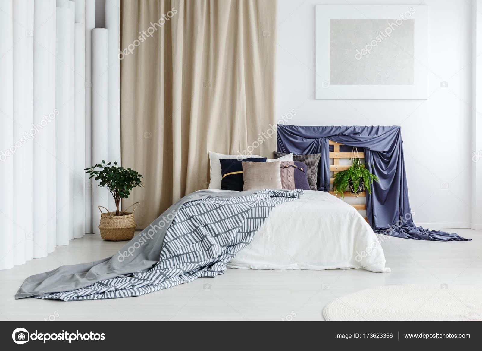 Satin Blau Tuch Auf Holzbrettern Im Schlafzimmer Innenraum Mit Gemusterten  Tagesdecke Auf Bett Und Pflanze Gegen Beige Vorhang U2014 Foto Von  Photographee.eu