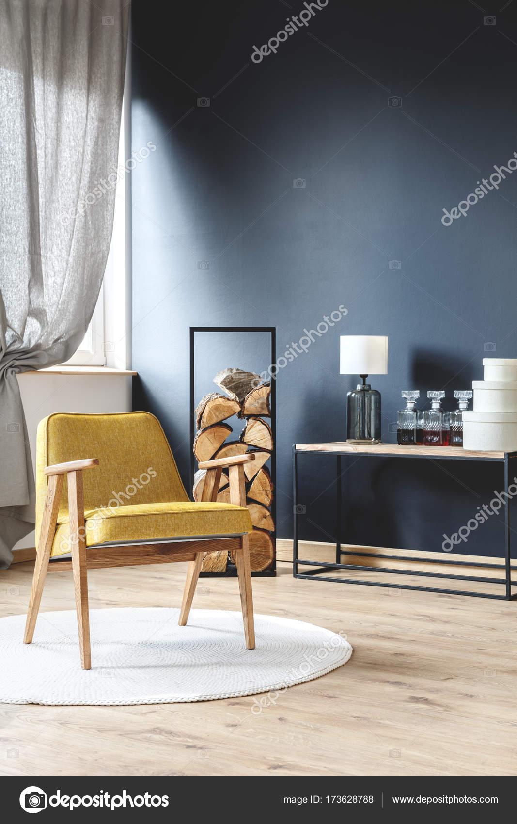 Fauteuil en chambre mur noir — Photographie photographee.eu © #173628788