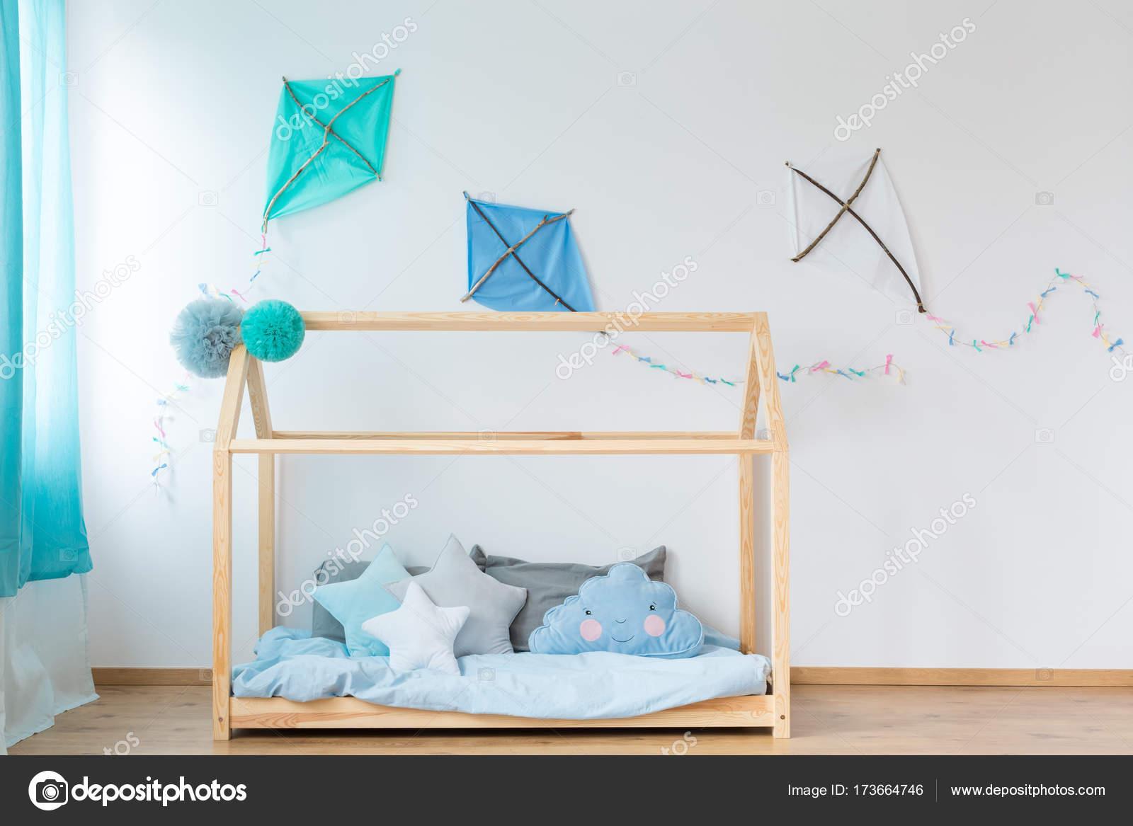 Handgefertigte Bett mit blauen Bettwäsche — Stockfoto © photographee ...